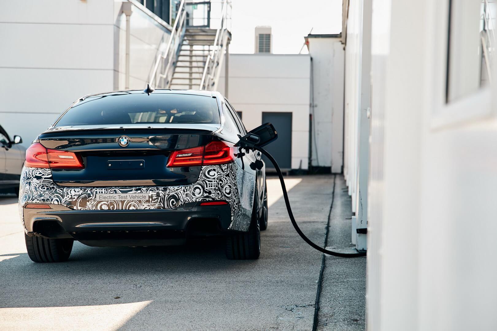 Электрический концепт BMW Power BEV на зарядке