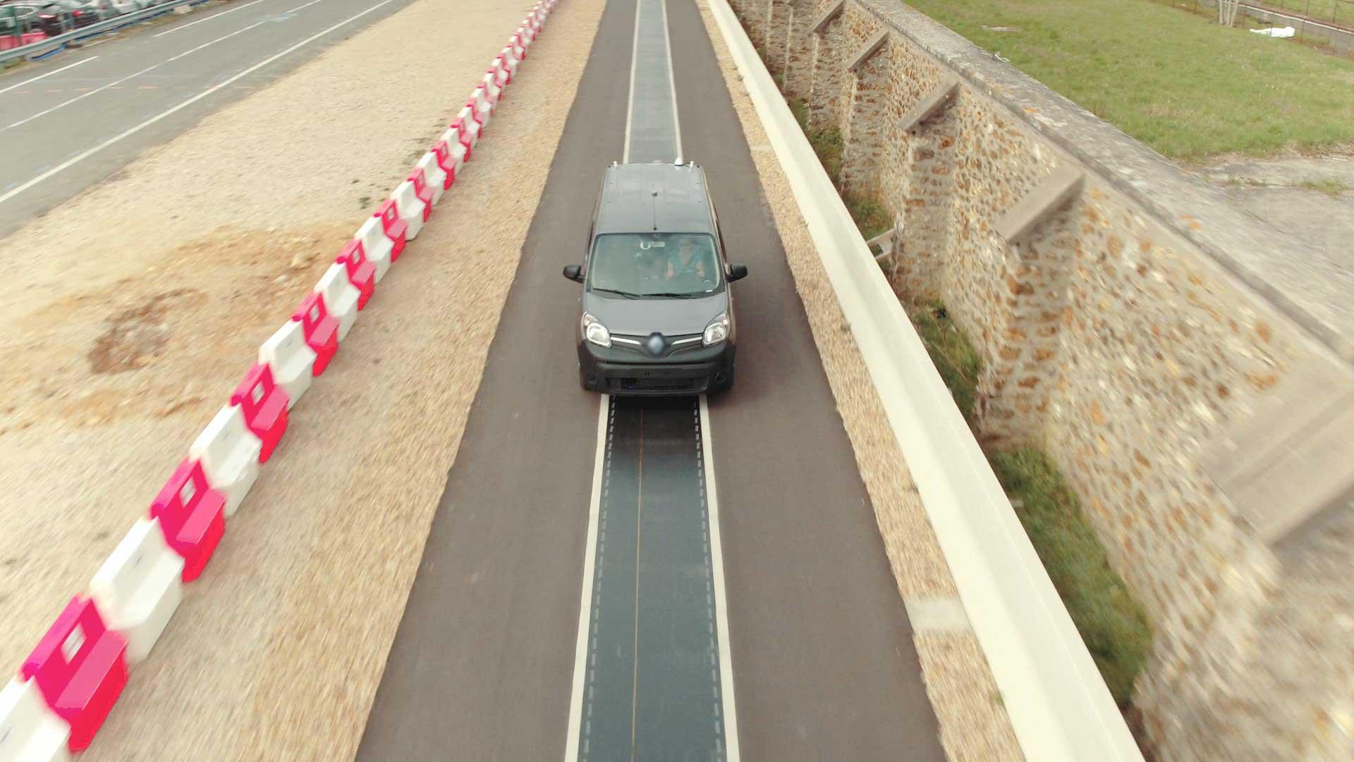Дорожная полоса с индукционными плитами для беспроводной зарядки электромобилей