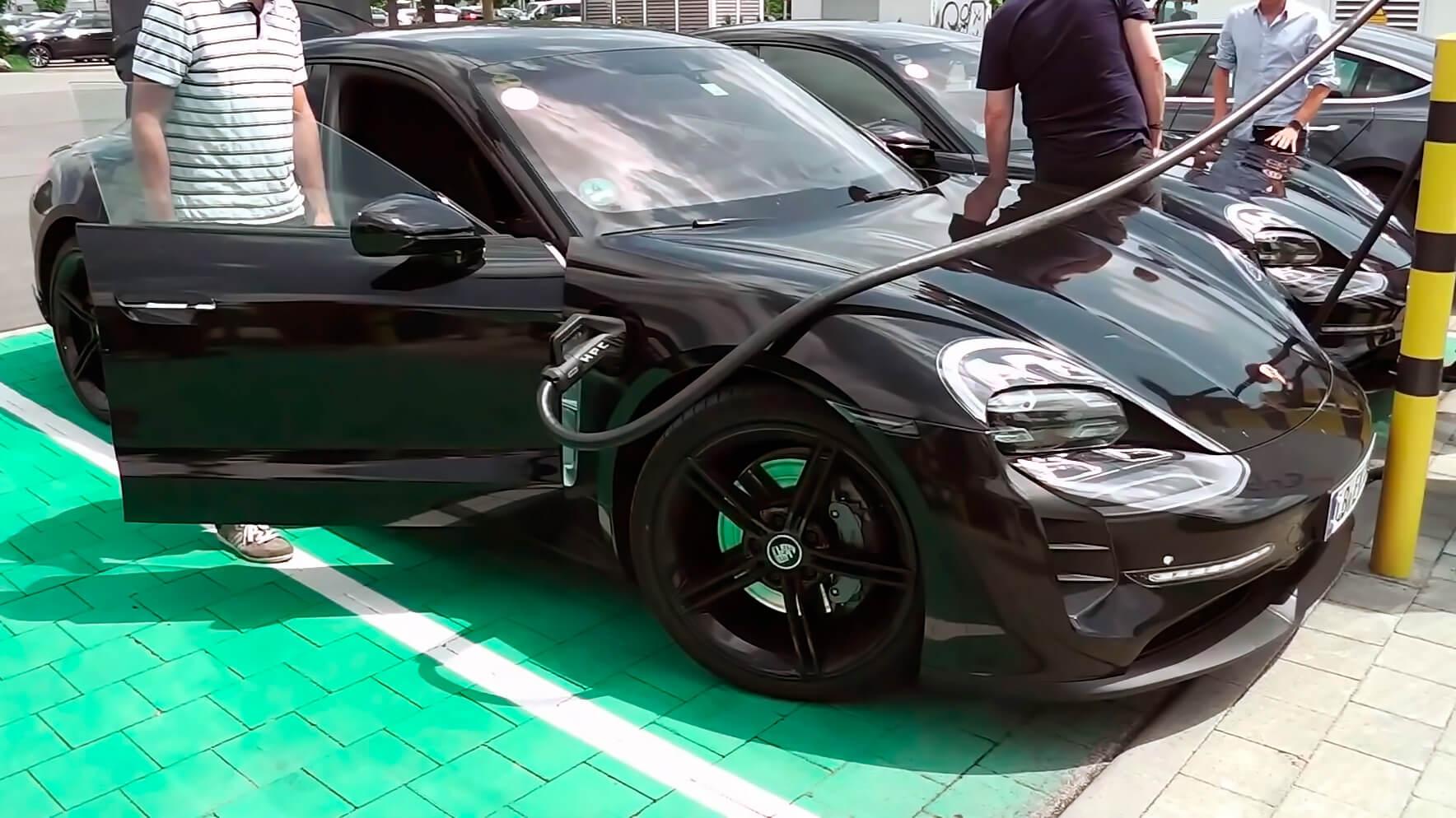 Прототип Porsche Taycan на зарядной станции в Германии