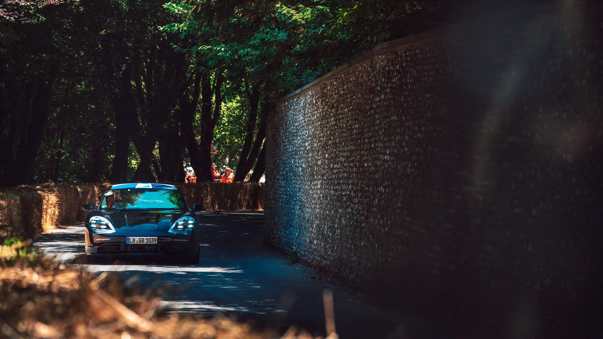 Демонстрационная поездка спорткара Porsche Taycan