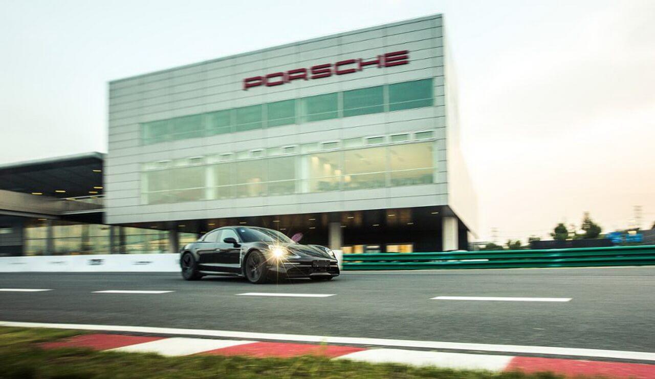 Porsche демонстрирует электромобиль Taycan на гоночных трассах по всему миру