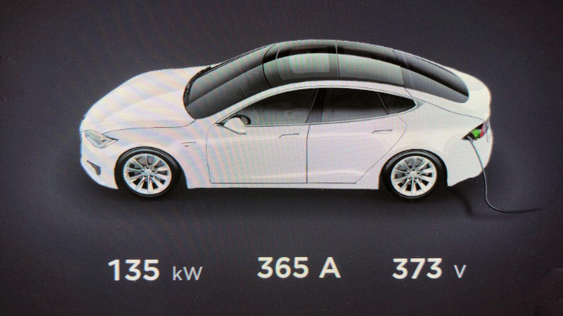 Tesla Model S заряжается с мощностью 135 кВт через адаптер CCS Combo 2