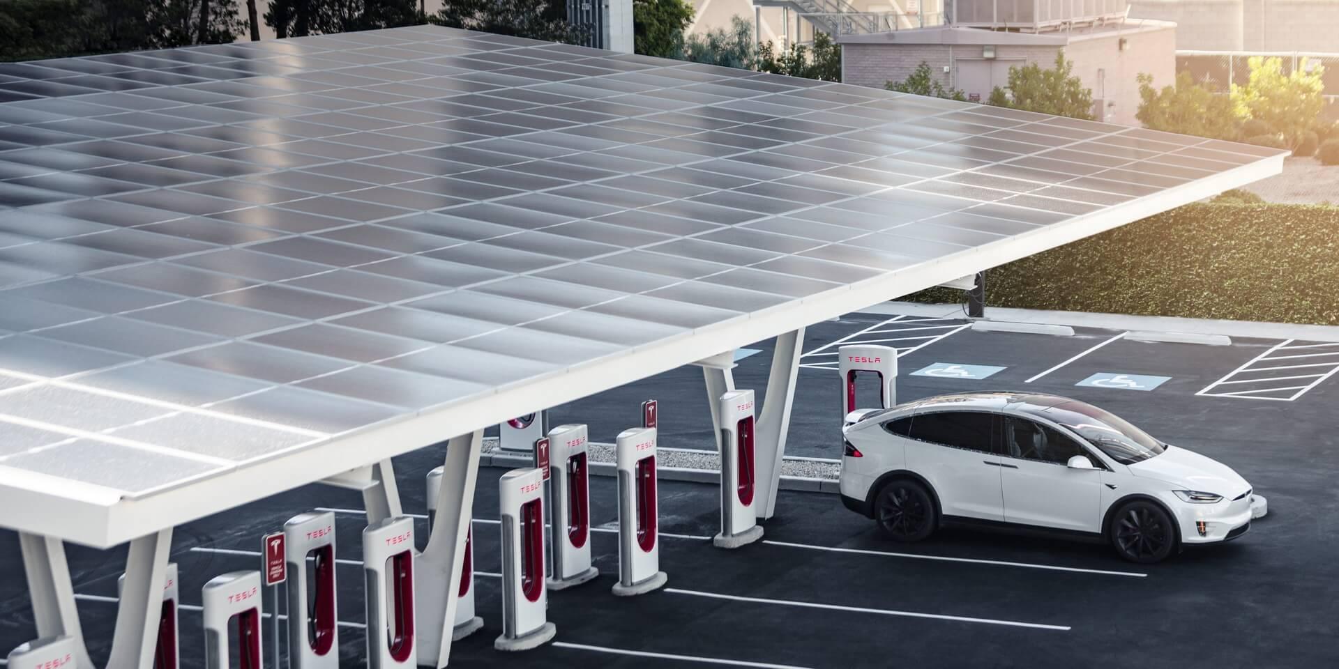 Tesla открывает станцию Supercharger V3 с питанием от солнечных батарей и Powerpack