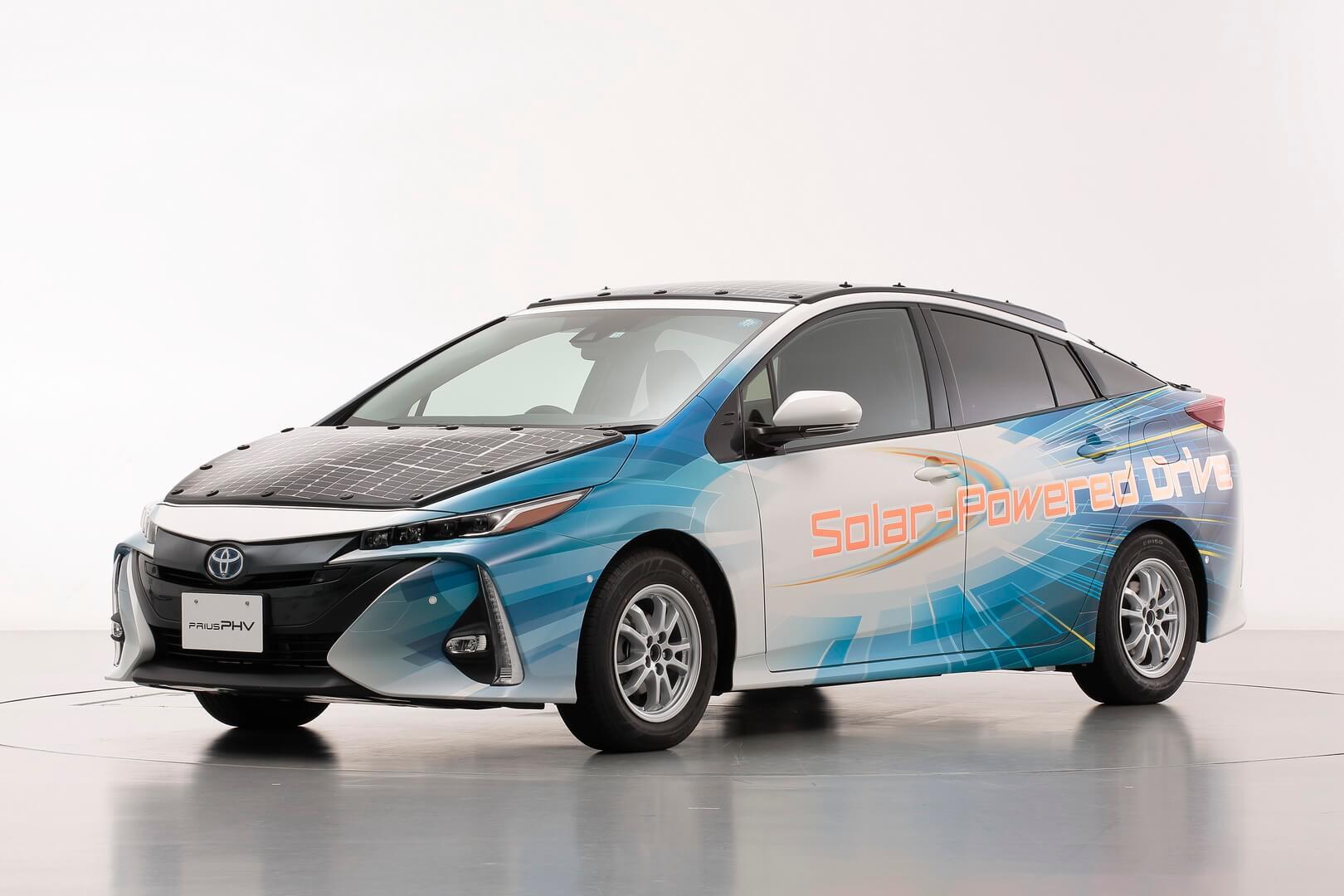 Демонстрационная модель Toyota Prius PHEV с панелью солнечных батарей