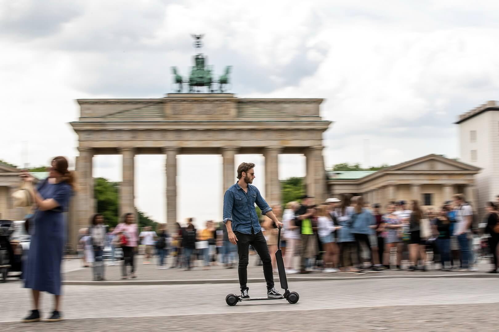 Audi представляет новый самокат e-tron, сочетающий в себе электрический скутер и скейтборд