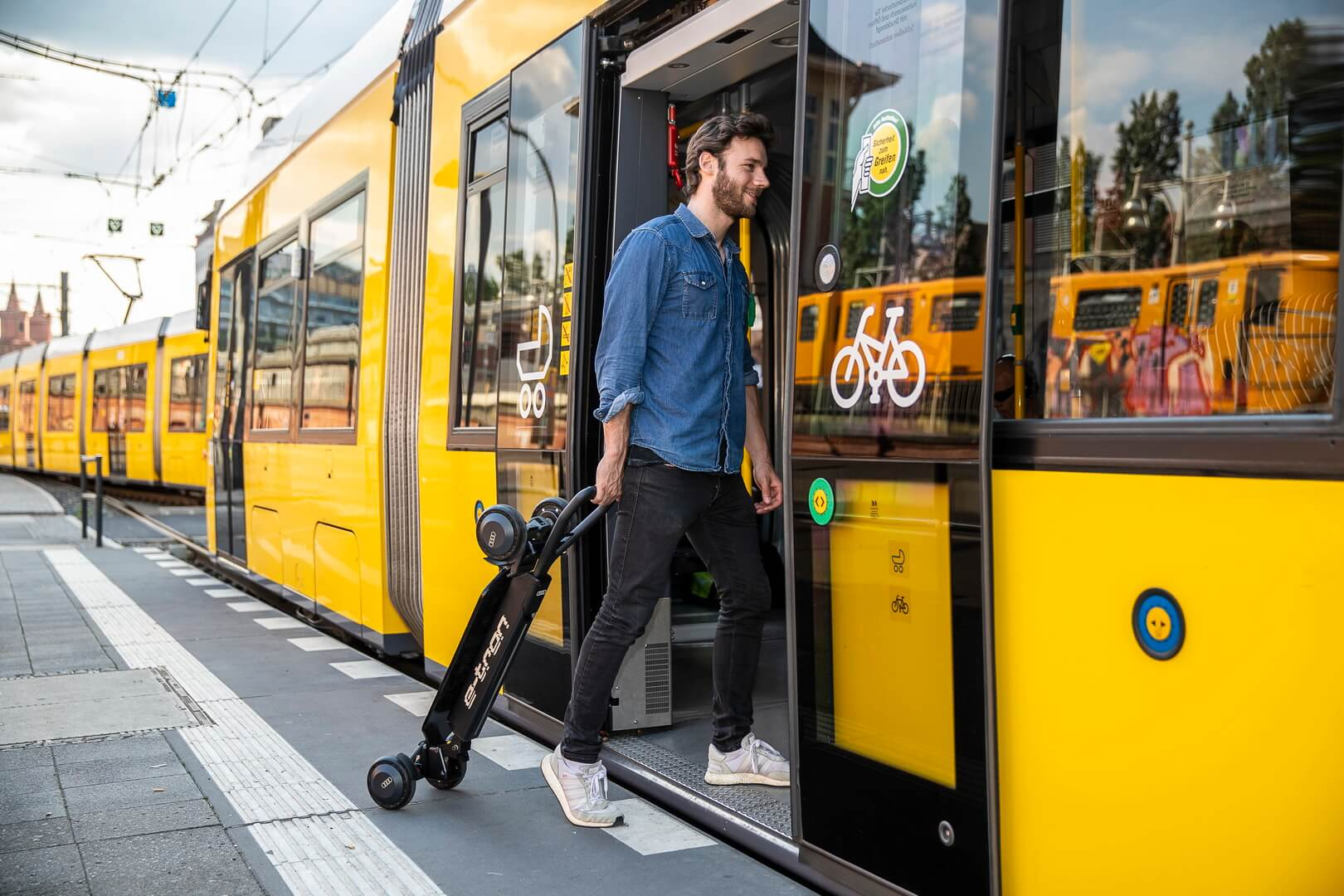 Электросамокат e-tron может быть сложен для перевозки вавтомобиле, автобусе или поезде