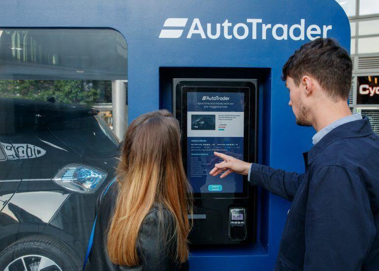 AutoTrader тестирует автомобильный торговый автомат в Великобритании, который продает электромобиль Renault Zoe