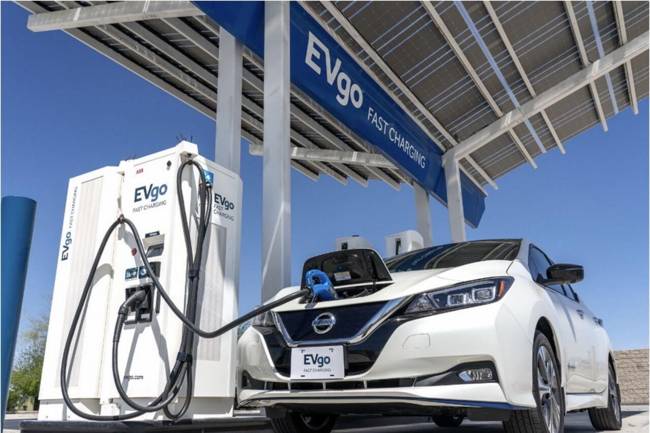 Nissan Leaf заряжается на быстрой зарядной станции EVgo в США