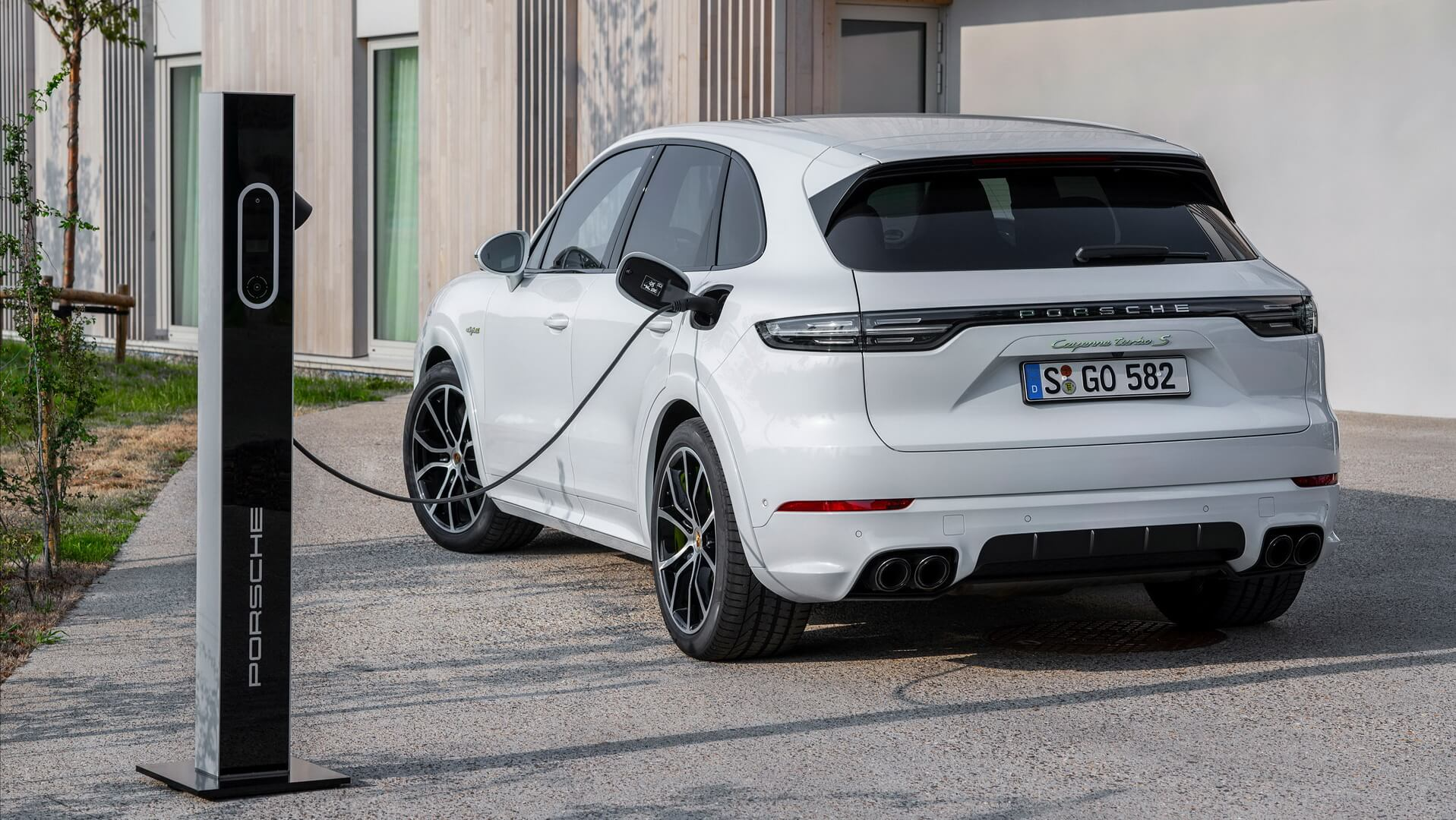 Новый плагин-гибридный флагман Porsche Cayenne Turbo S E-Hybrid