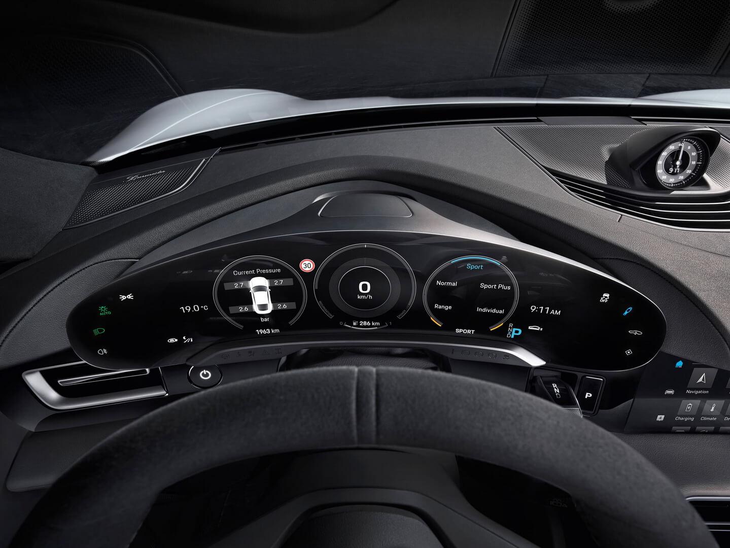 Приборная панель электромобиля Porsche Taycan
