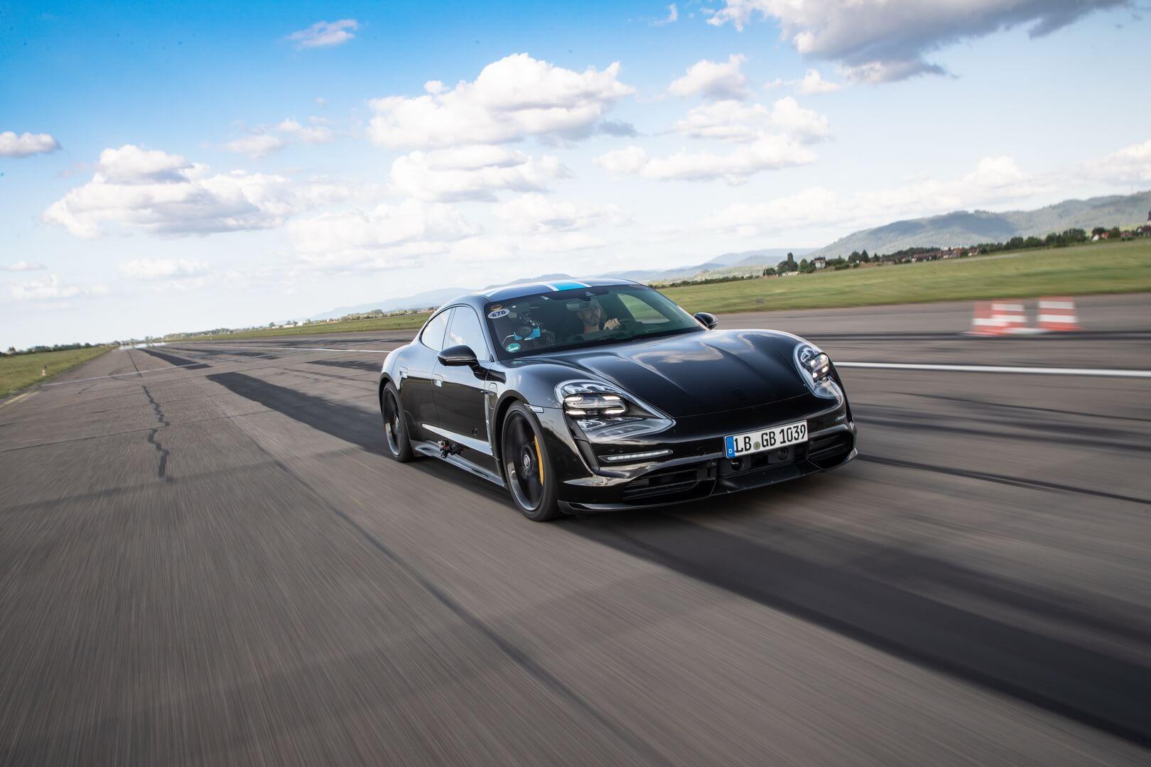Как Porsche Taycan справляет с высокими скоростными нагрузками