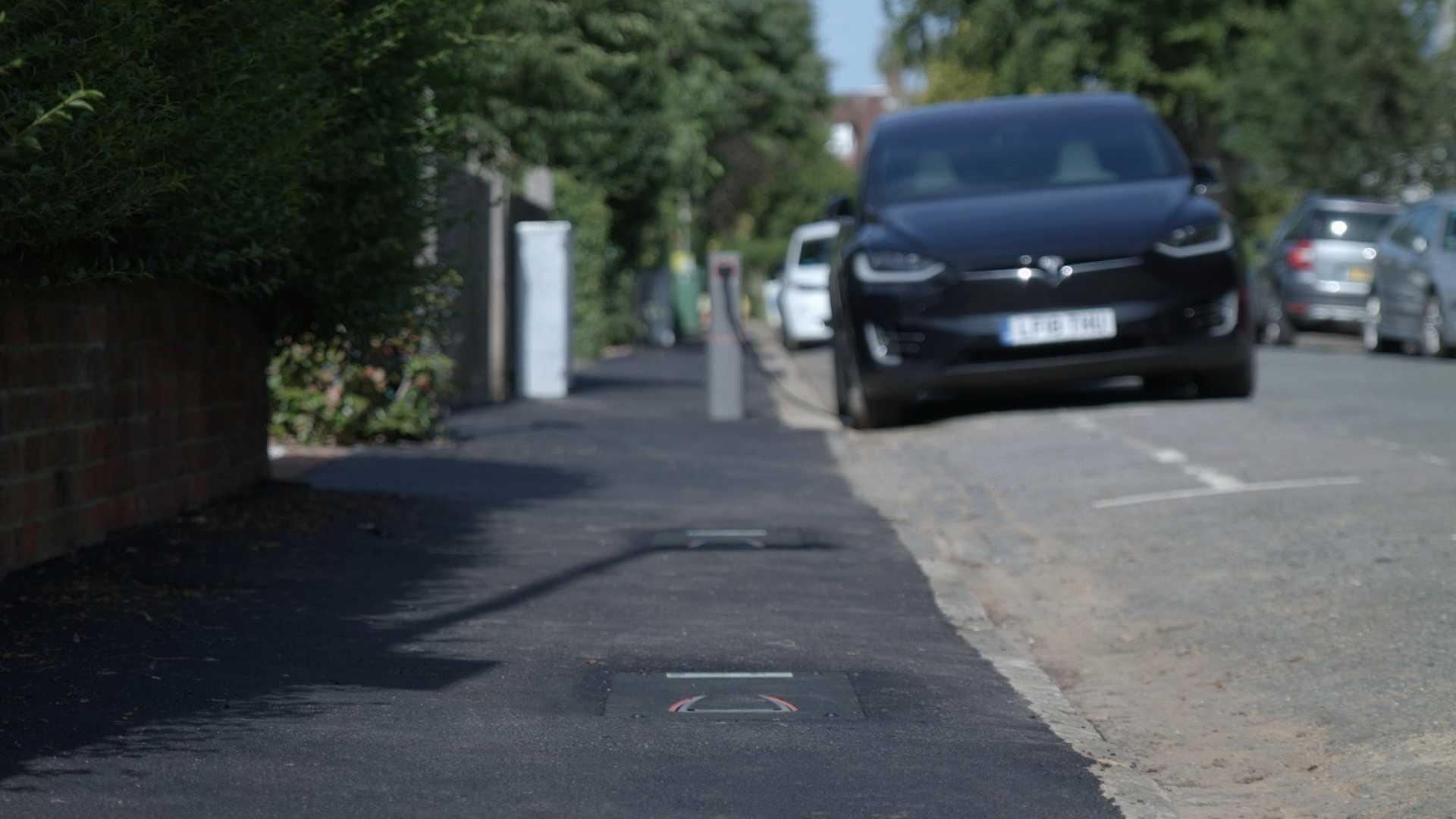На улицах Великобритании появились выдвижные уличные зарядные устройства для электромобилей UEOne