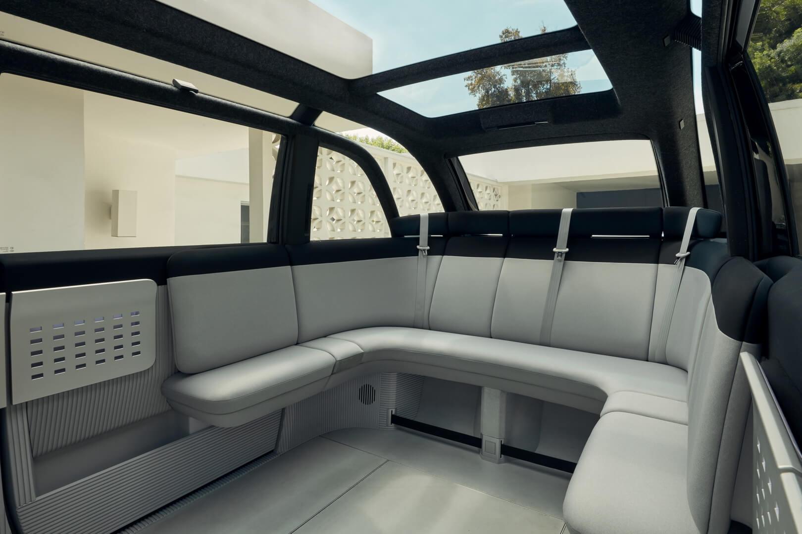 В задней части Canoo сиденья расположены полукругом