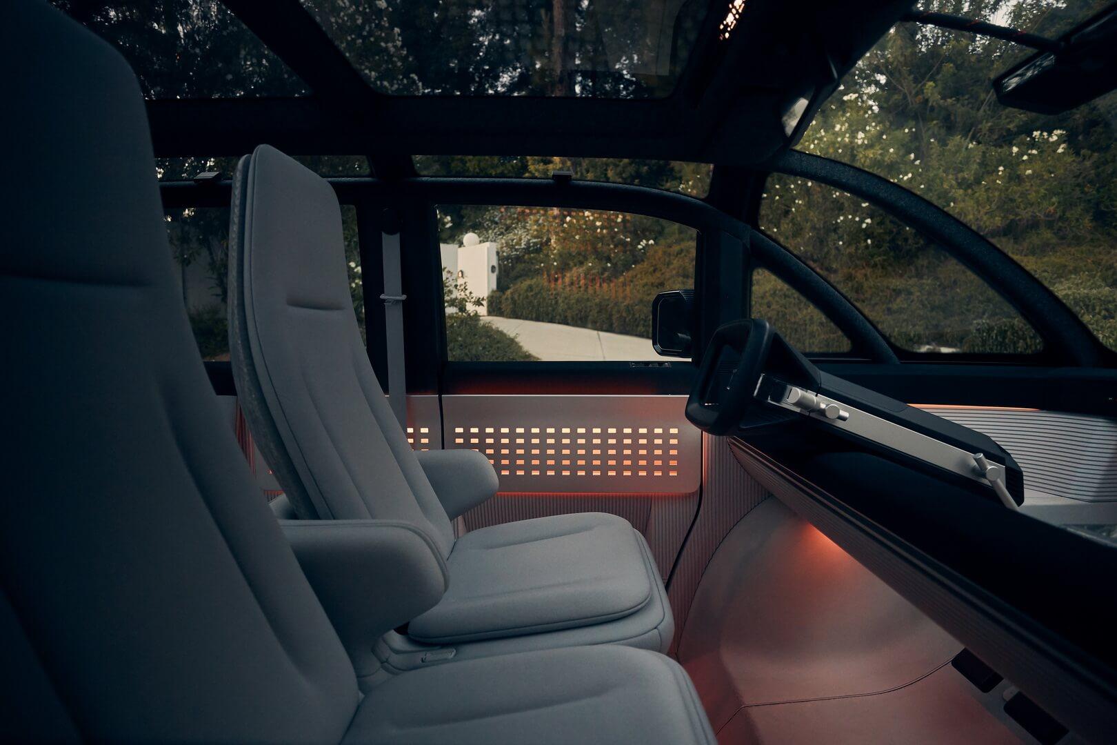 Передняя часть кабины устроена как диван