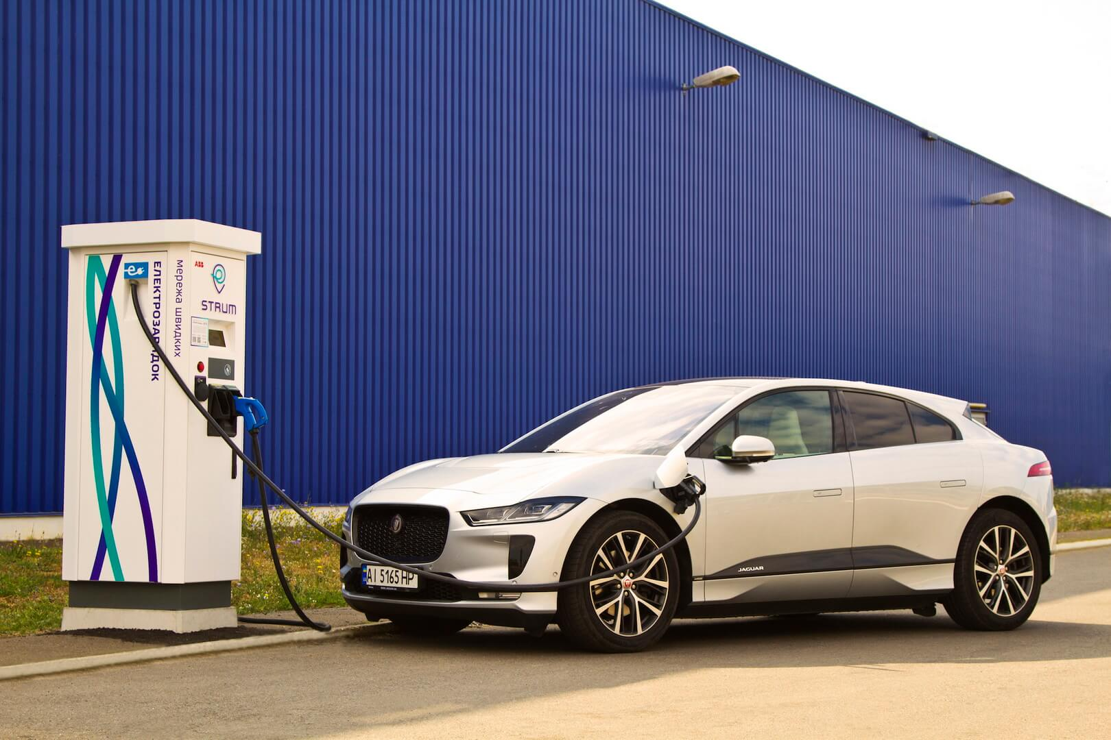 Электромобиль Jaguar I-PACE на зарядной станции STRUM