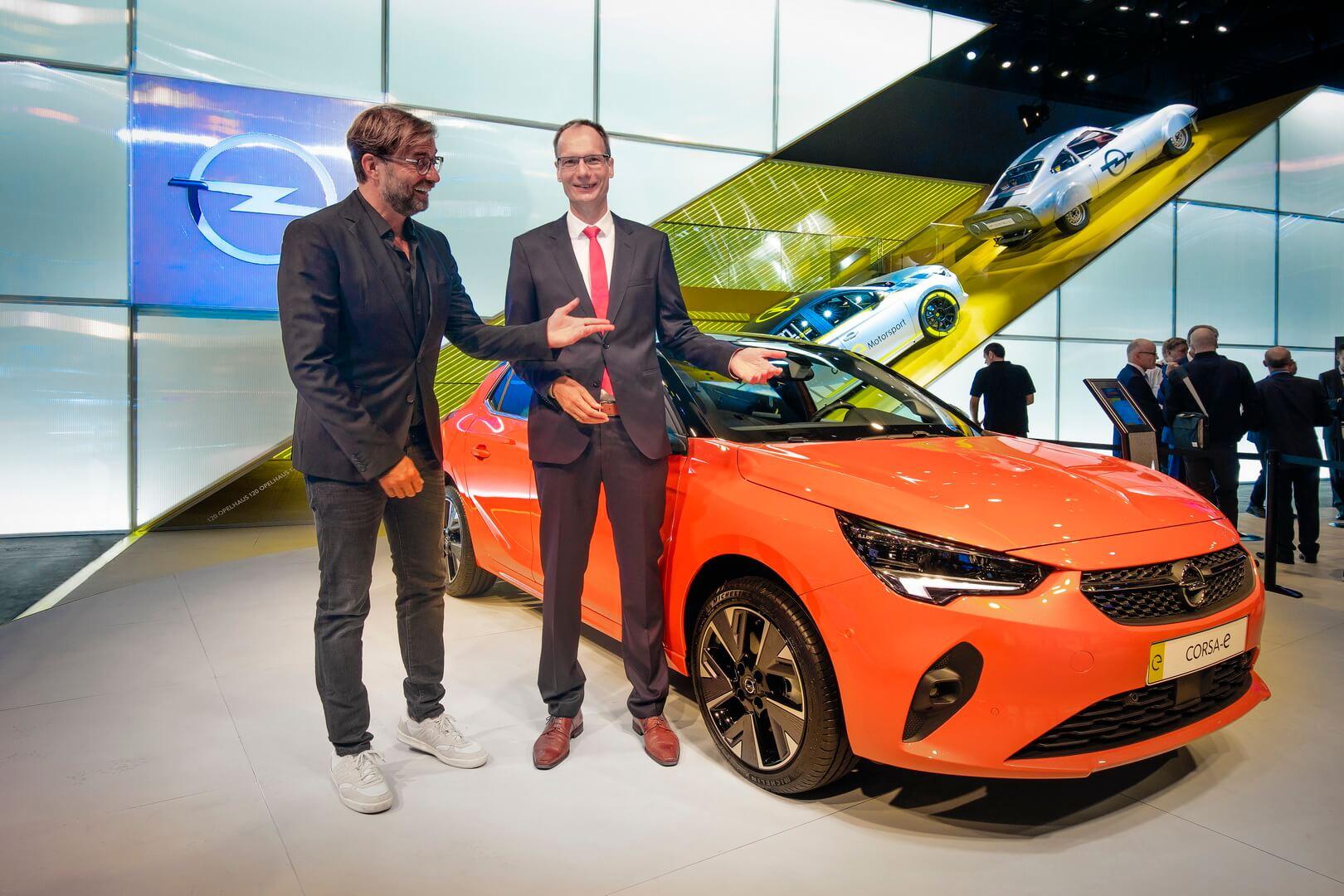 Босс Opel Михаэль Лошшеллер и Юрген Клопп на Международном автосалоне во Франкфурте
