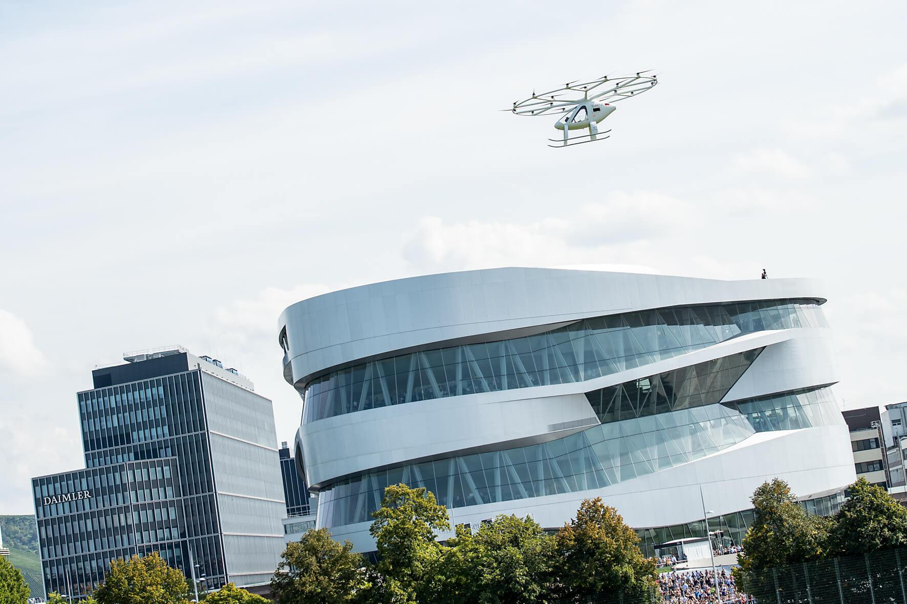 Электрическое воздушное такси Volocopter дебютировало в городских полетах во время презентации в музее Mercedes-Benz в Штутгарте