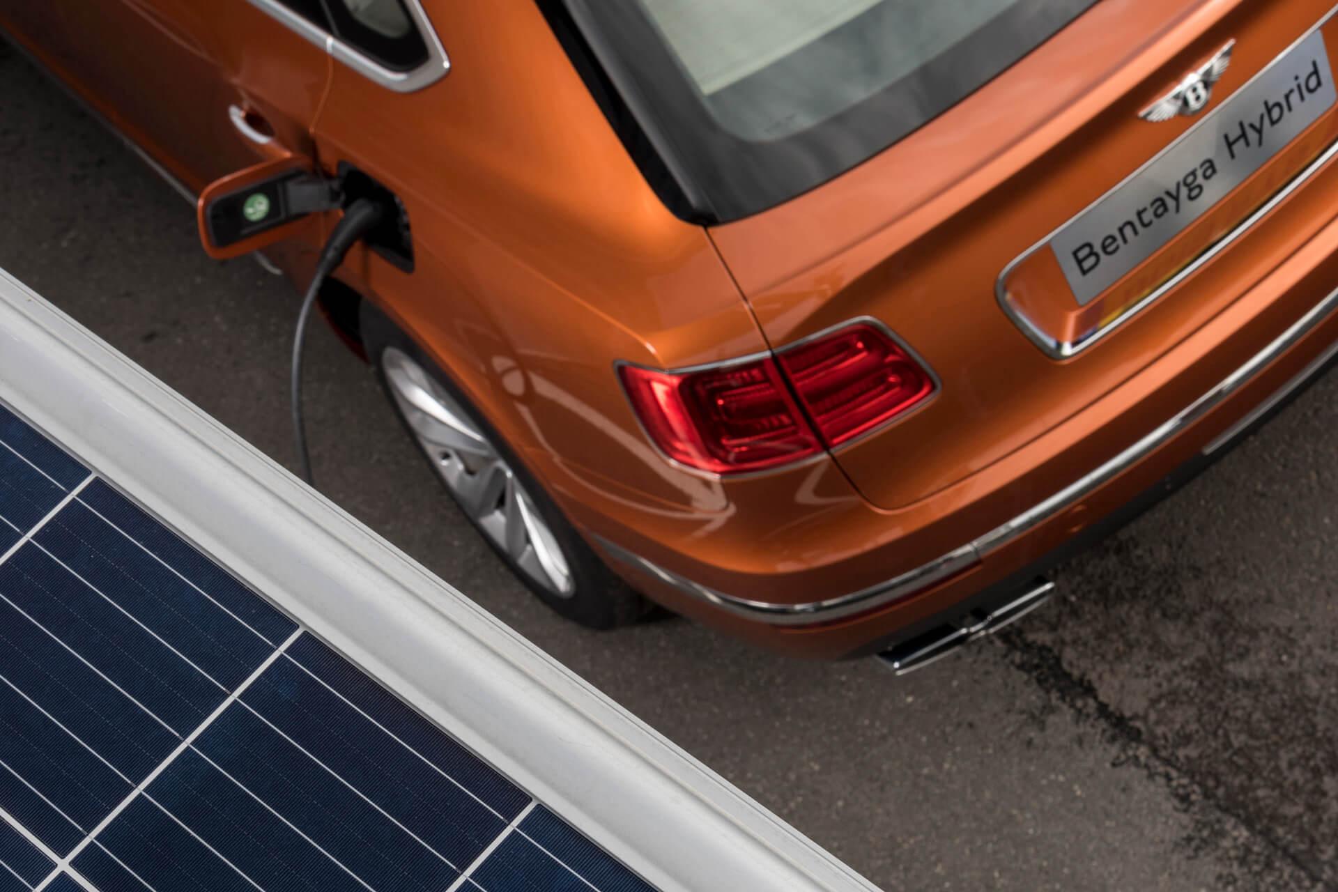 Зарядка плагин-гибрида Bentley Bentayga Hybrid экологически чистой энергией