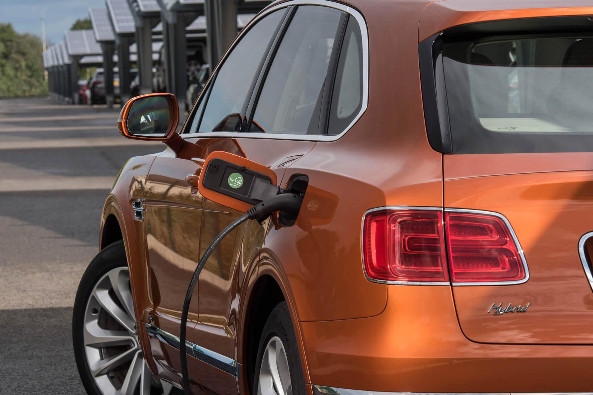 Первый роскошный плагин-гибрид Bentley Bentayga Hybrid на зарядке