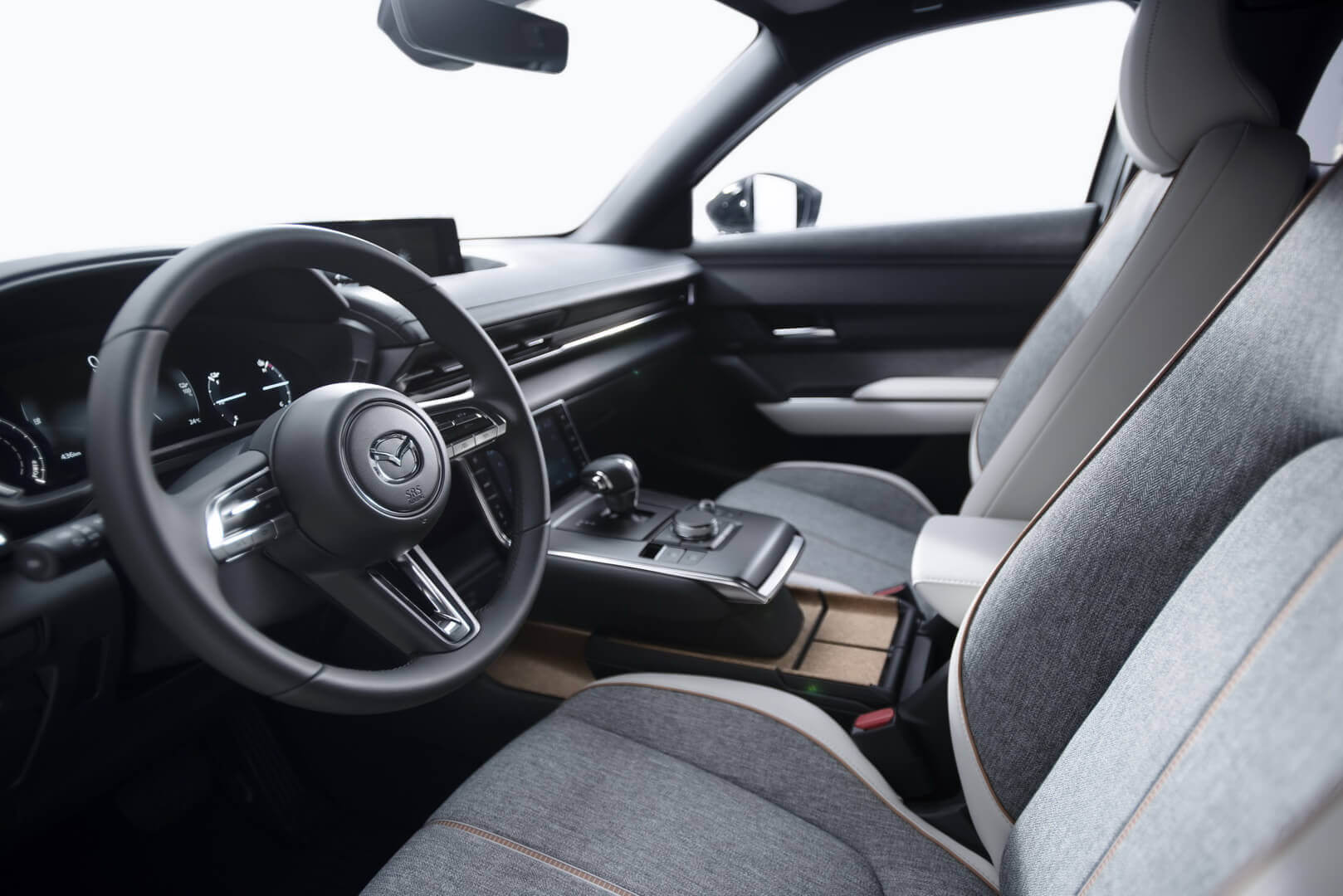 Интерьер электрического кроссовера Mazda MX-30