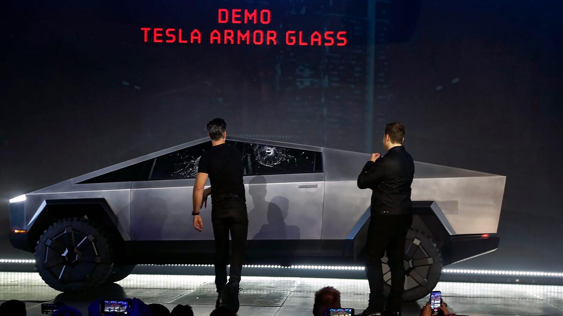 Главный дизайнер Tesla Франц фон Хольцхаузен кидает металлический шар в окно Tesla Cybertruck