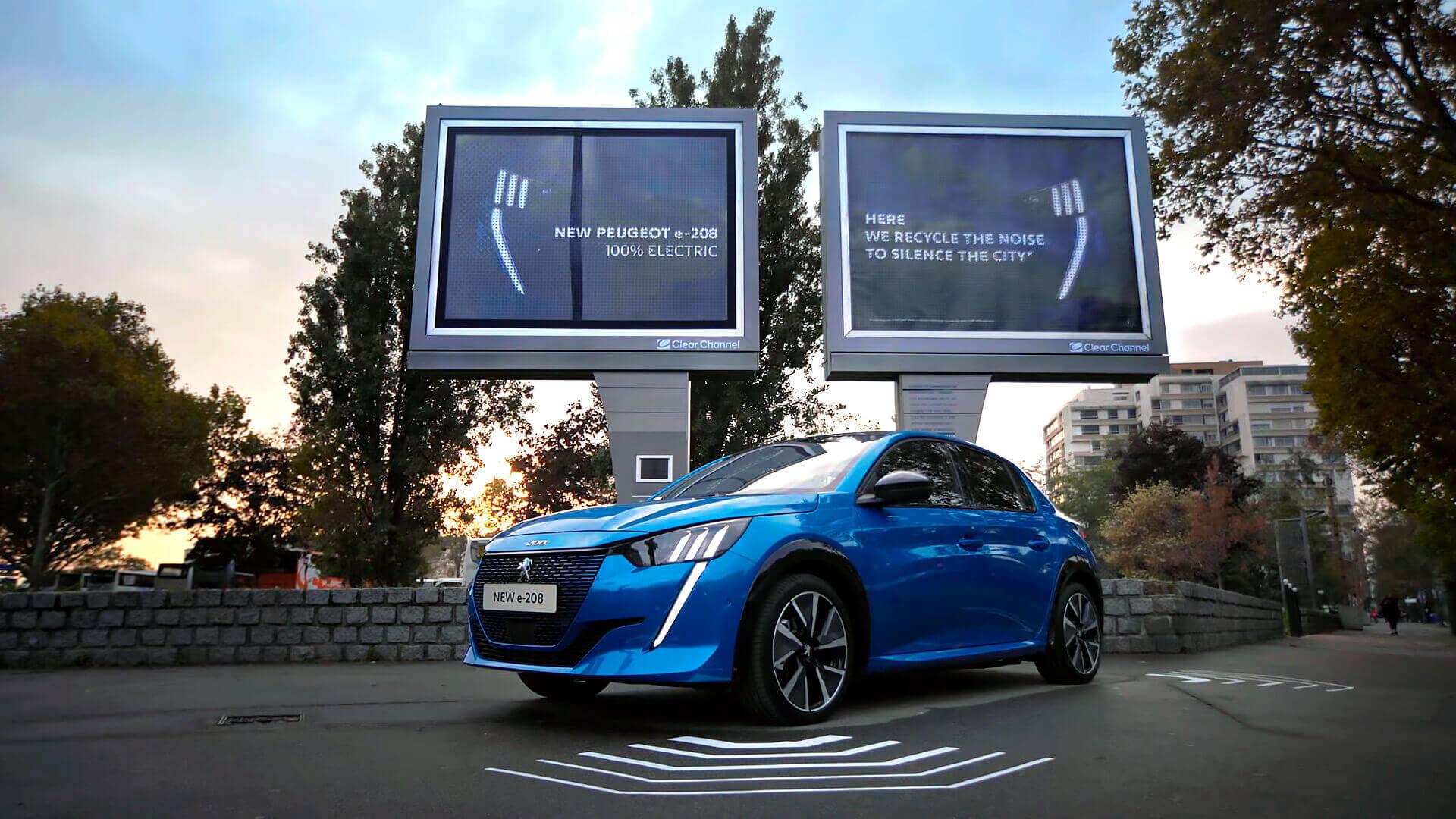 Уникальный билборд-зарядка рекламирует электромобиль Peugeot e-208