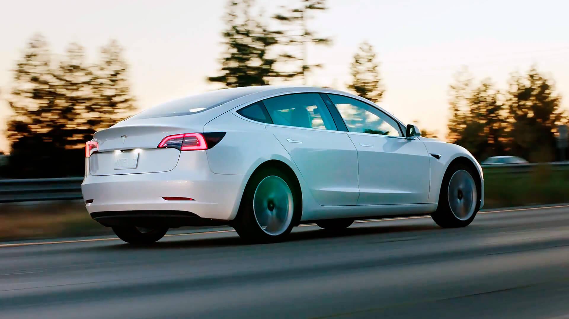 Электрический седан Tesla Model 3
