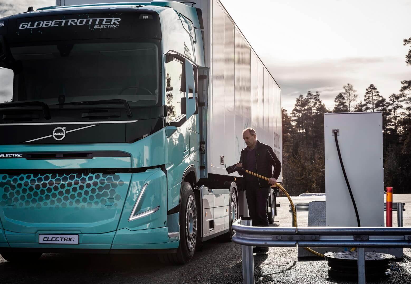 Подключение к зарядной станции электрического грузовика Volvo