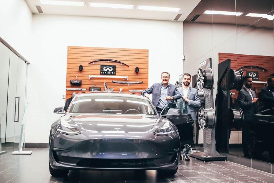 Мэр Шербрука Стив Люссье рядом с Tesla Model 3 в дилерском центре Infiniti в Шербруке