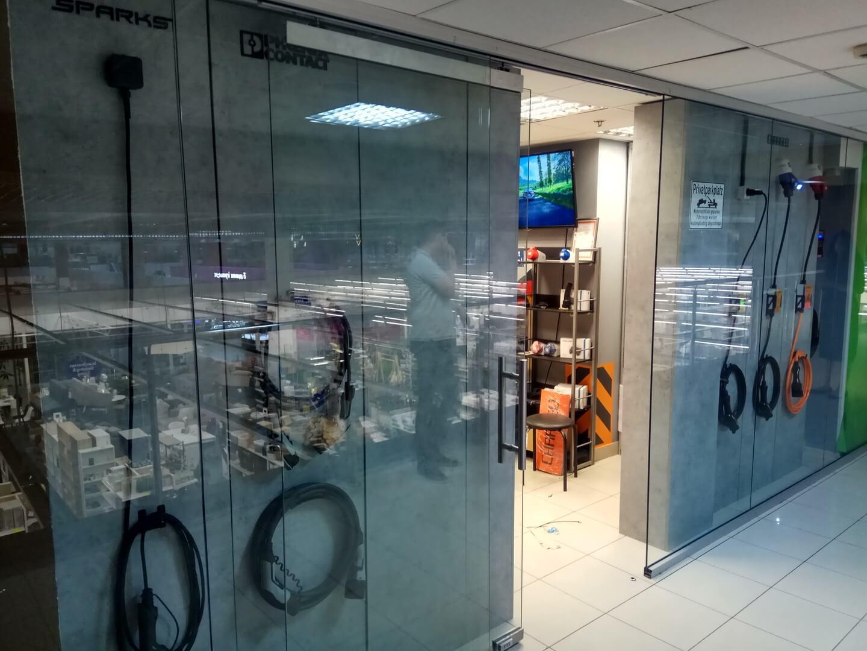 Вход в супермаркет электромобильного оборудования EVHUB в ТЦ «Аркадия»