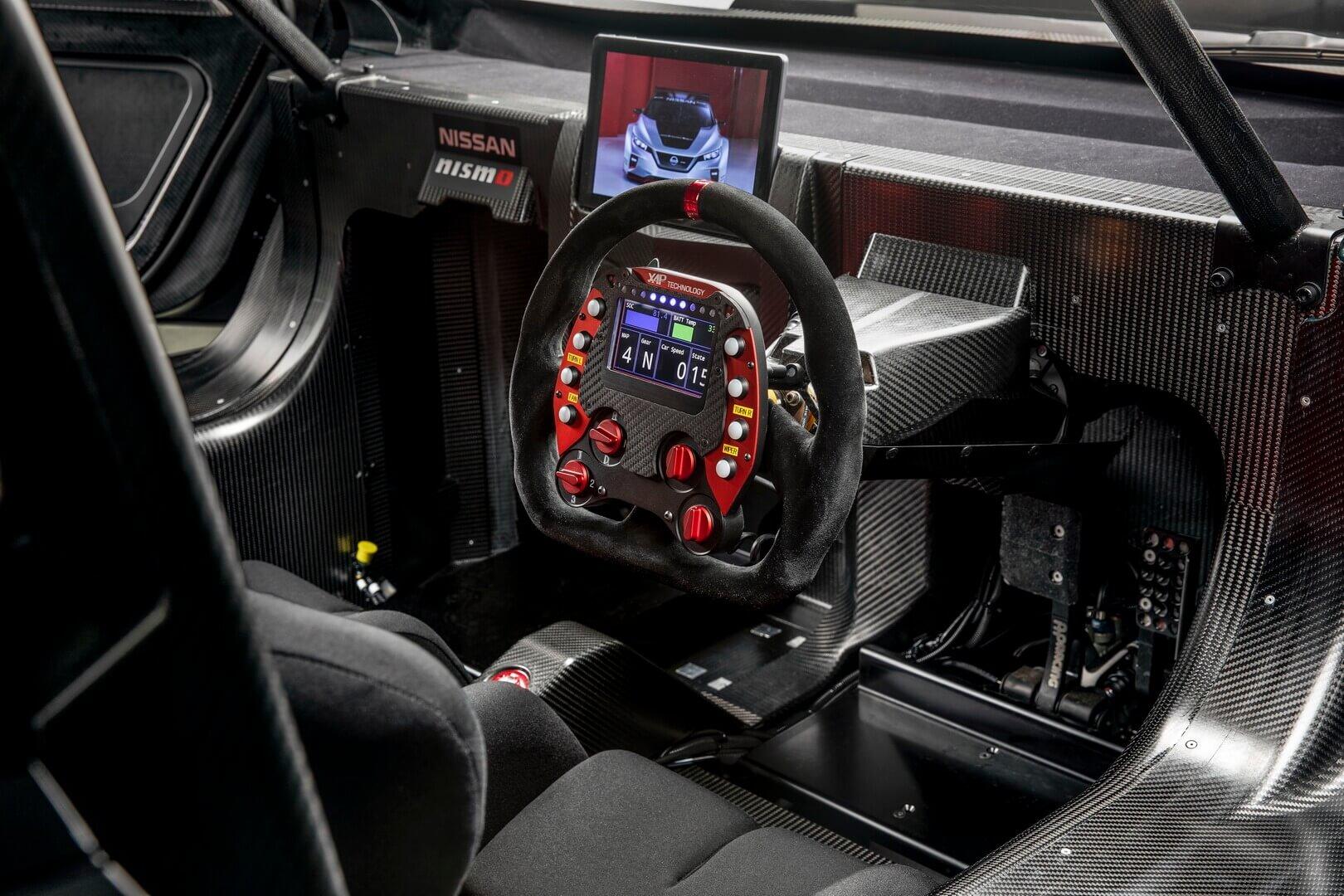 Интерьер электрического автомобиля Nissan LEAF NISMO RC