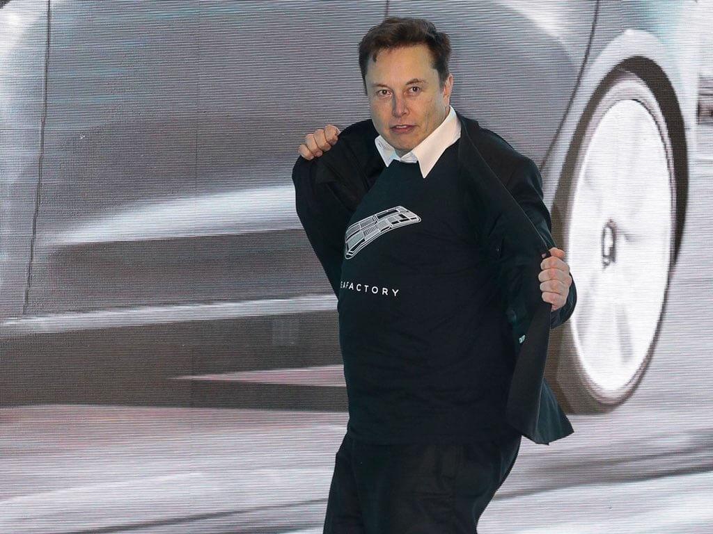 Илон Маск станцевал на открытии Tesla Gigafactory 3