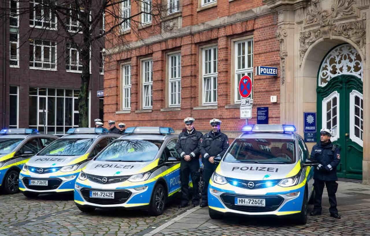 Полиция Гамбурга пересаживается наэлектромобили Opel Ampera-e