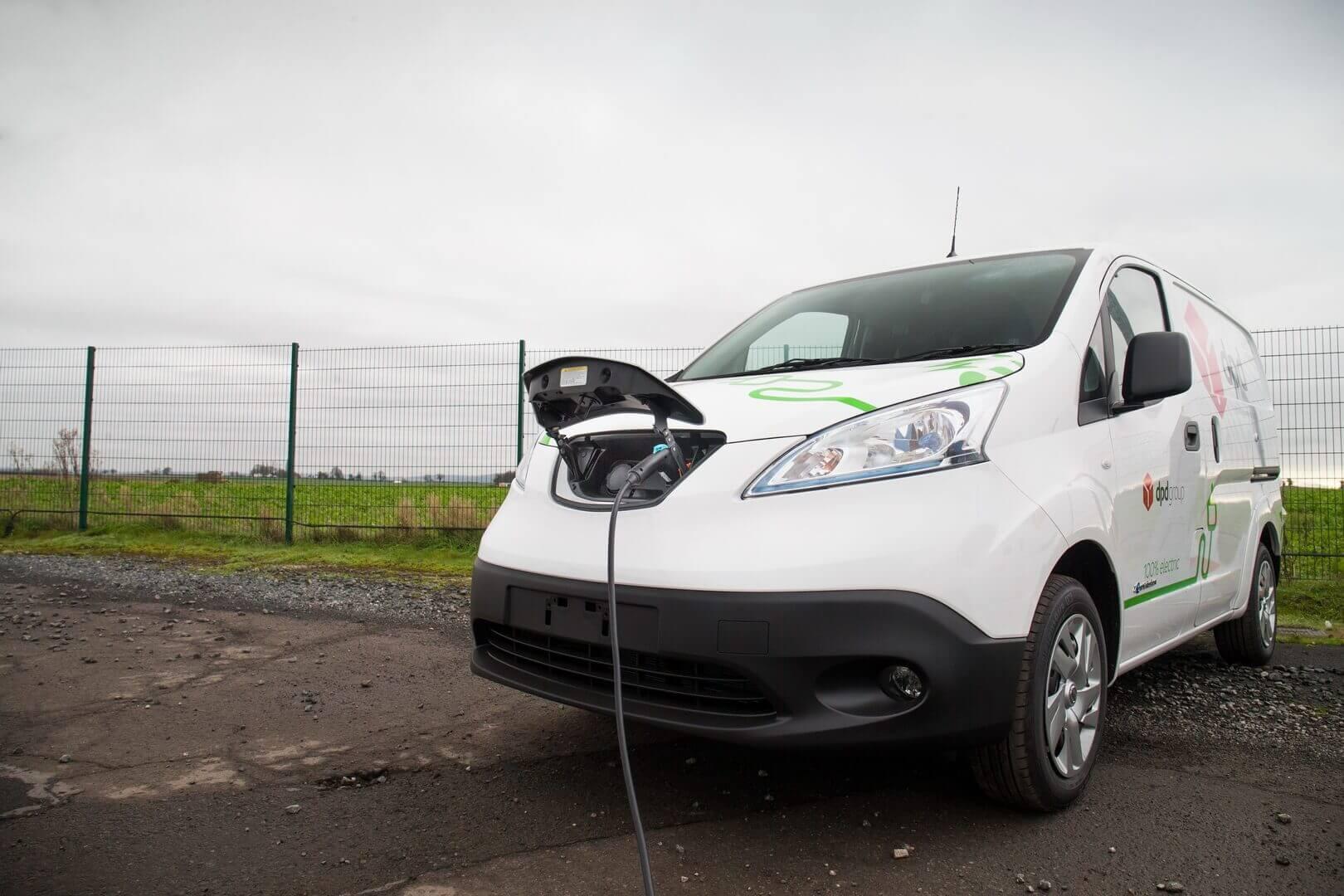 Электрический фургон Nissan e-NV200 на зярядке