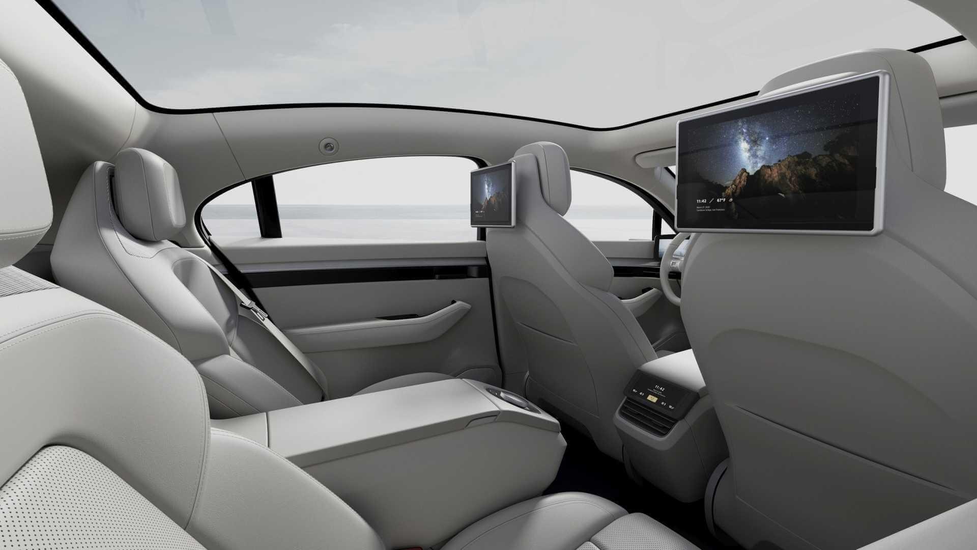 Два дополнительных экрана для задних пассажиров