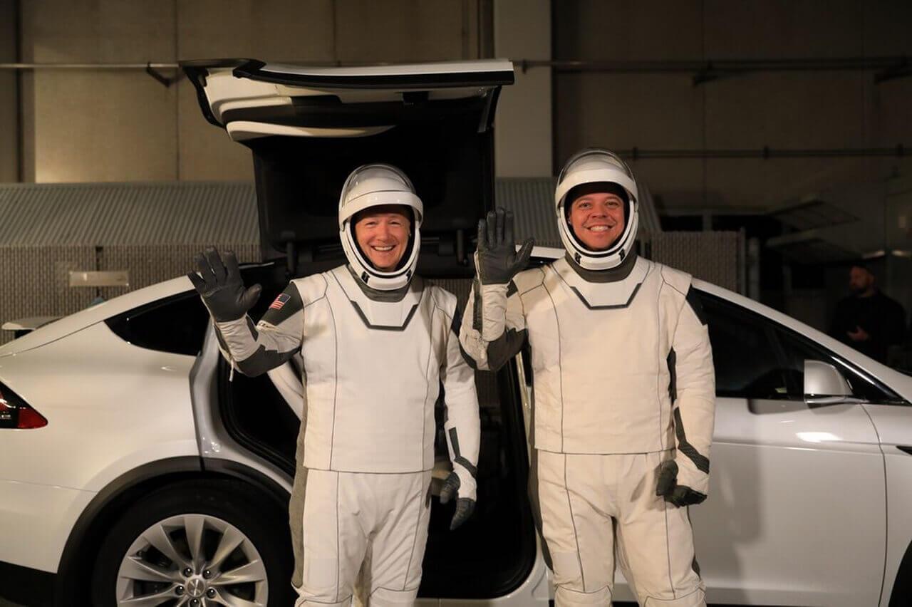 Астронавты Даг Херли и Роберт Бенкен возле Tesla Model X