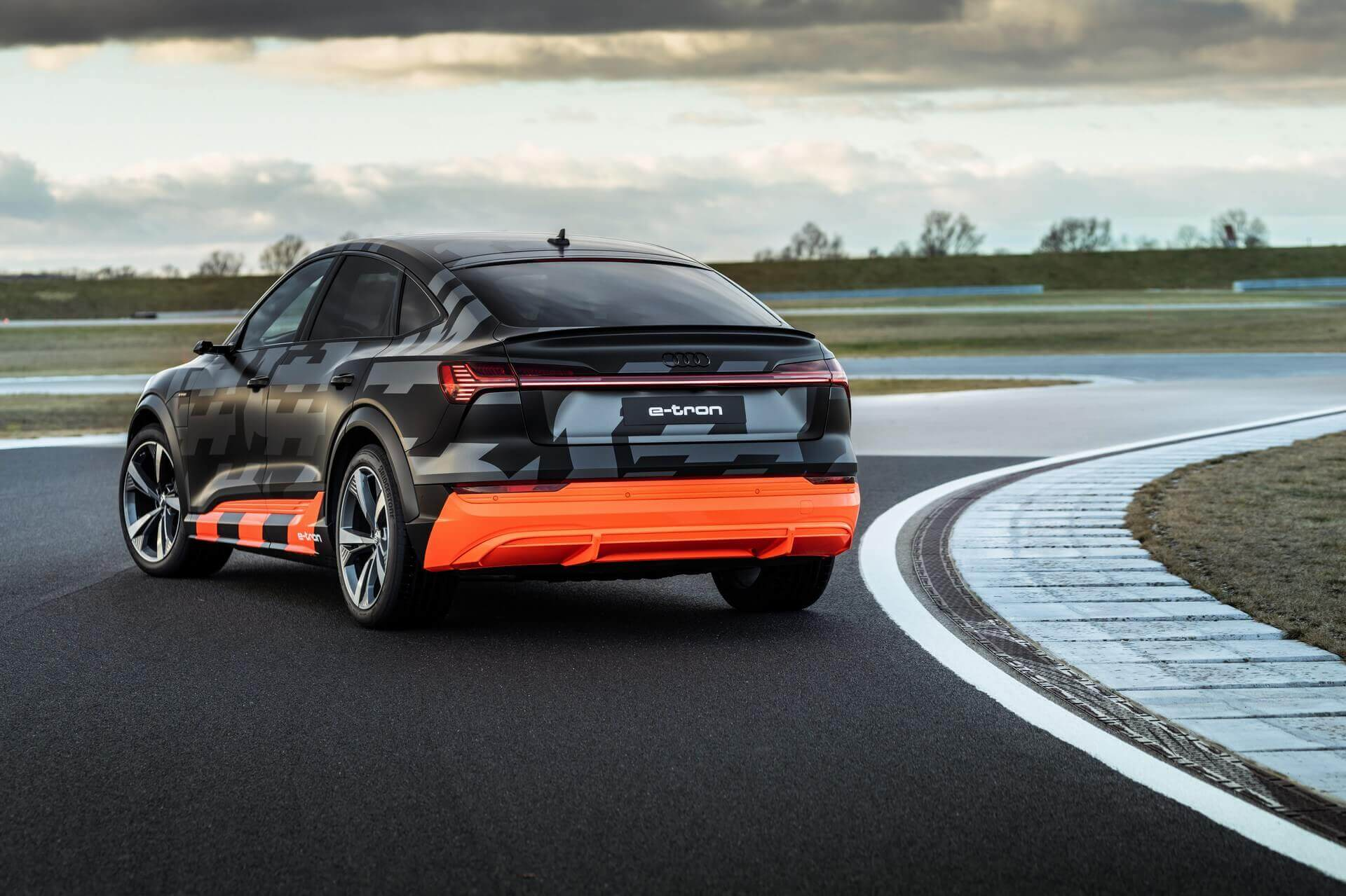Audi презентует трехмоторный S-пакет для кроссовера e-tron