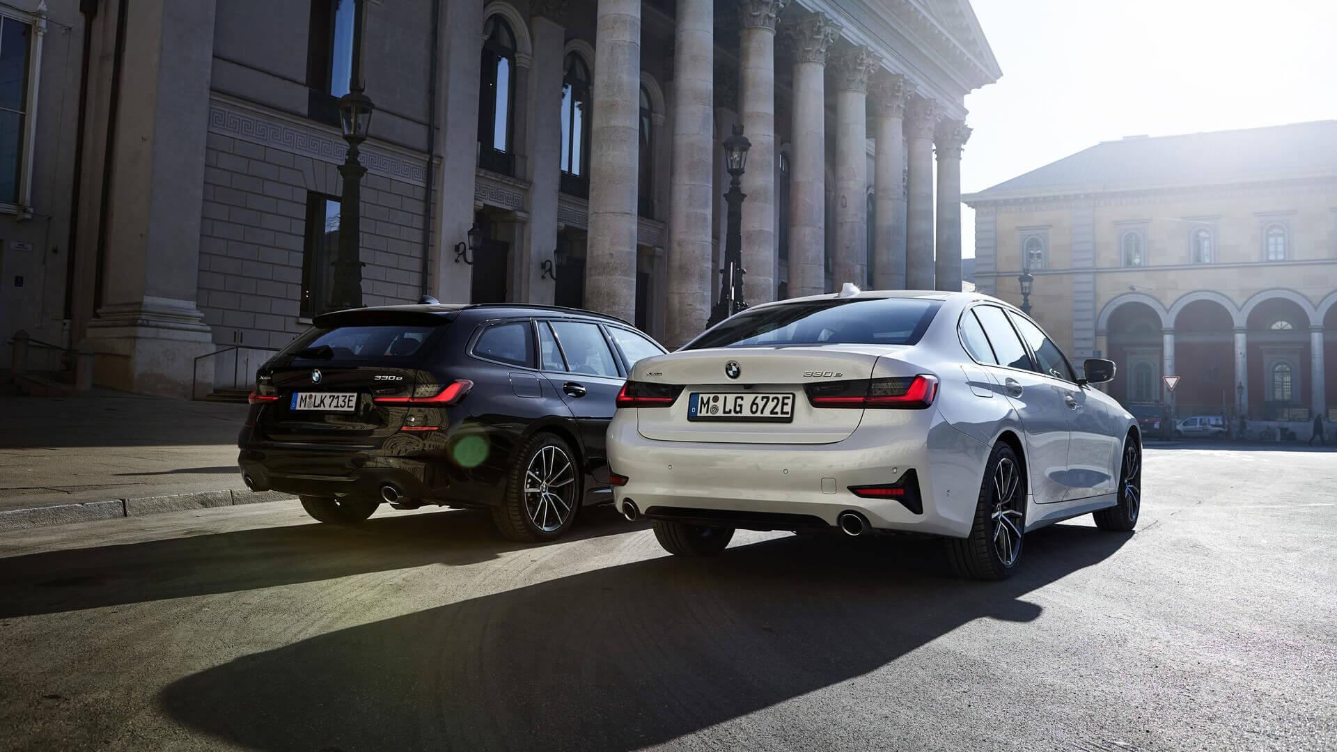 BMW 330e xDrive Touring (слева) и BMW 330e xDrive Sedan (справа)