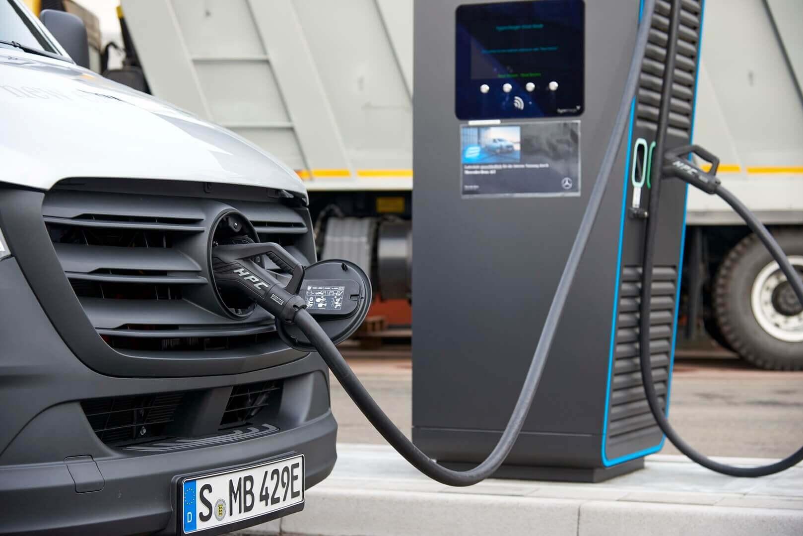Электрический фургон Mercedes-Benz eSprinter на зарядке