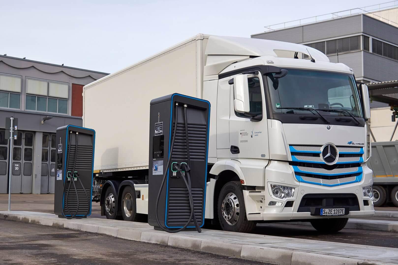 Электрический грузовик Mercedes-Benz eActros на зарядке
