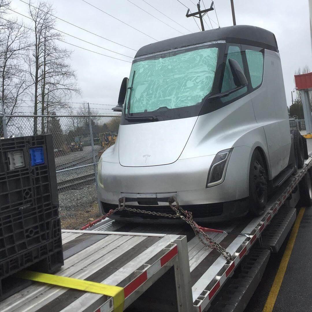 Прототип Tesla Semi во время пересечения канадской границы