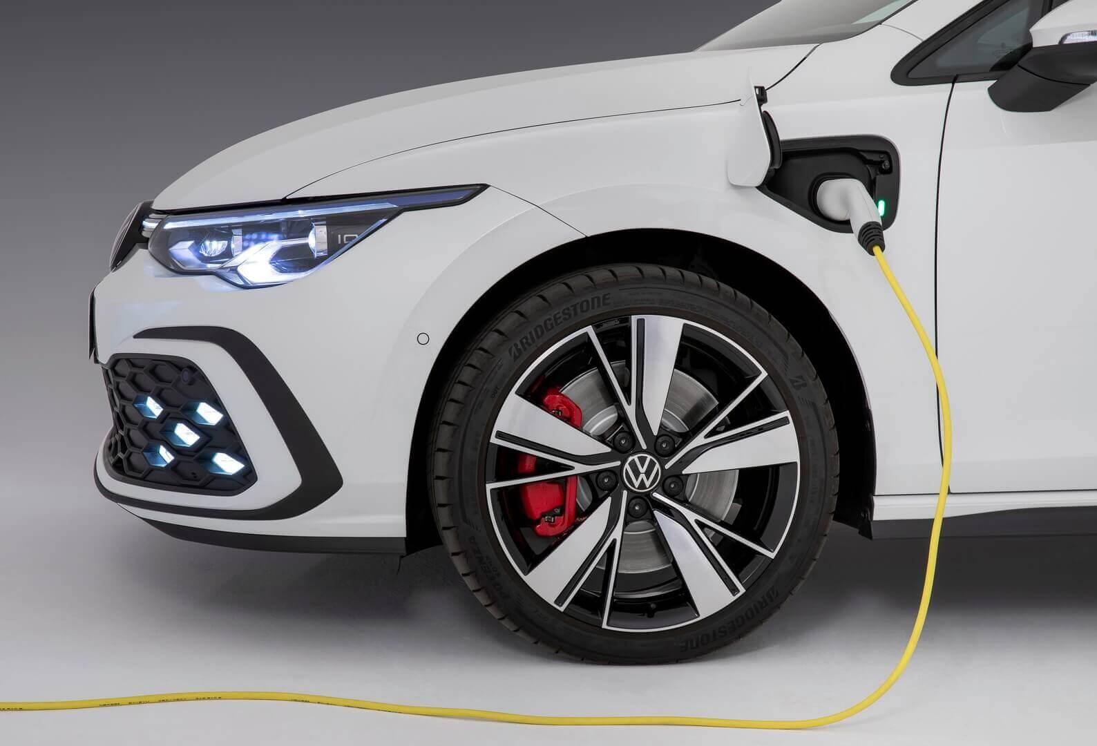 Порт зарядки на переднем левом крыле VW Golf GTE 2020