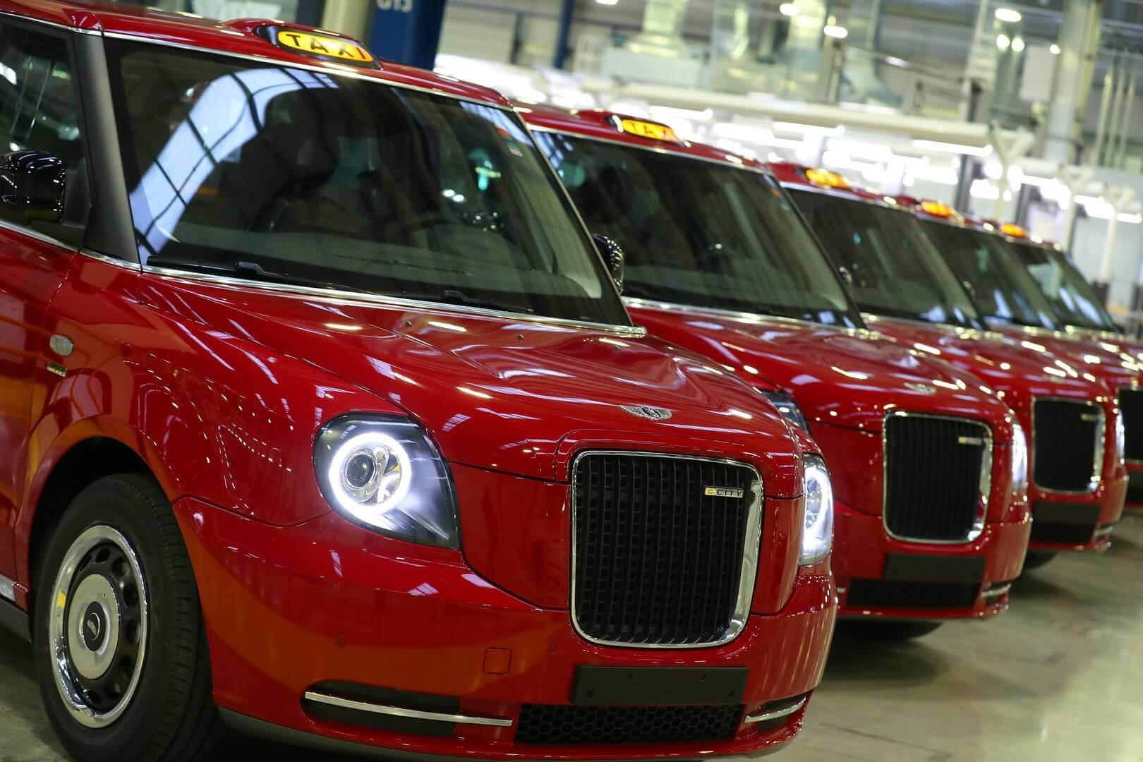 Азербайджан получил 100 культовых электрических такси отLEVC