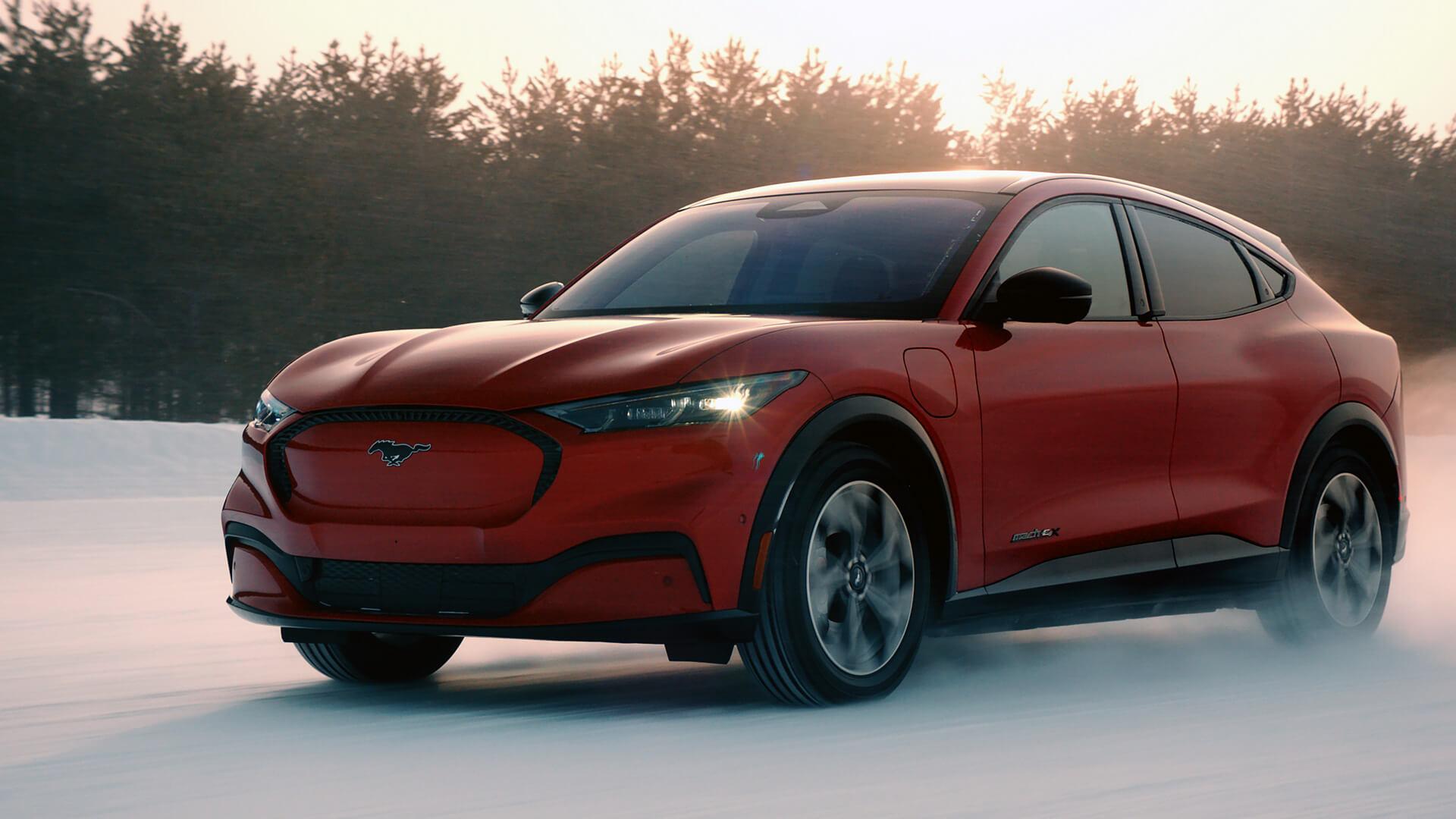 Электрический кроссовер Ford Mustang Mach-E на зимних тестах
