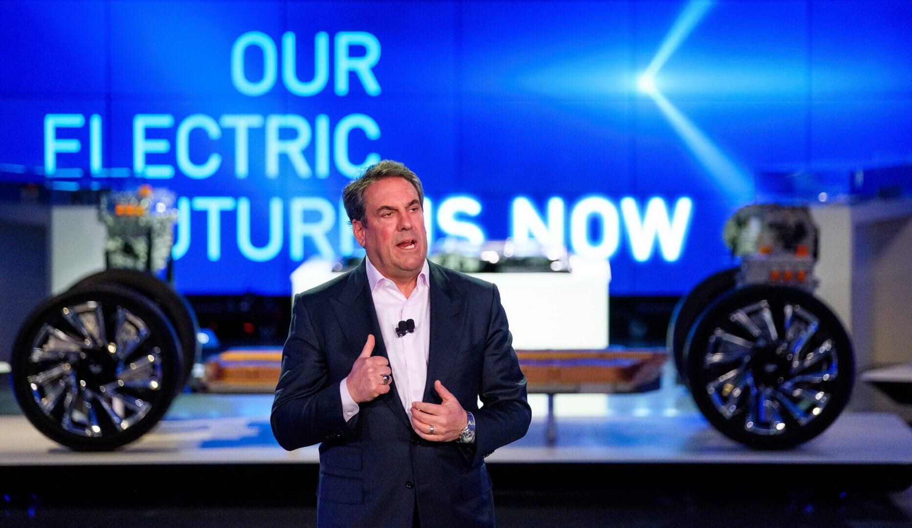 Президент General Motors Марк Ройс выступает на мероприятии, на котором подробно рассказывает о будущих электромобилях GM