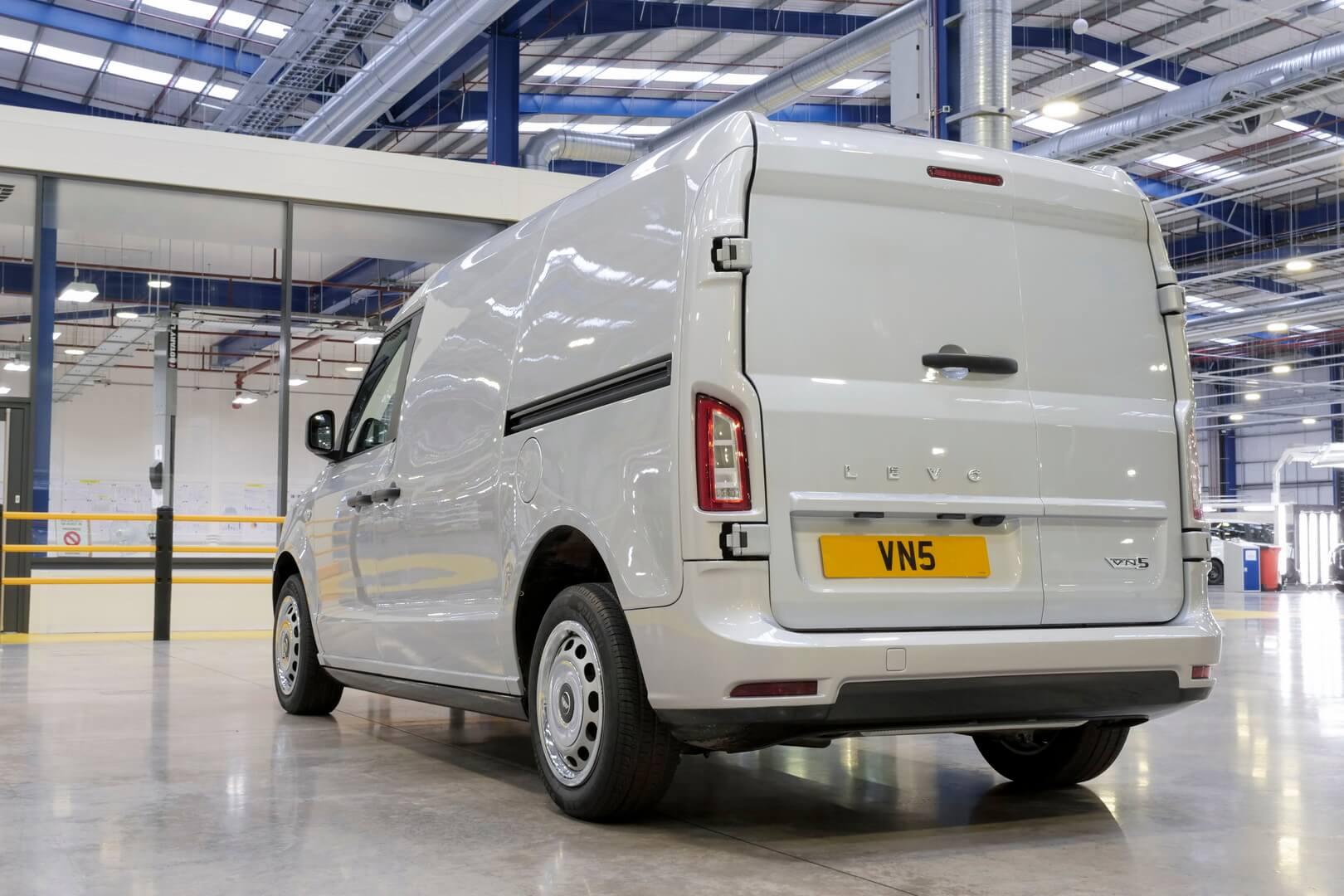 Новый плагин-гибридный фургон LEVC получил название VN5