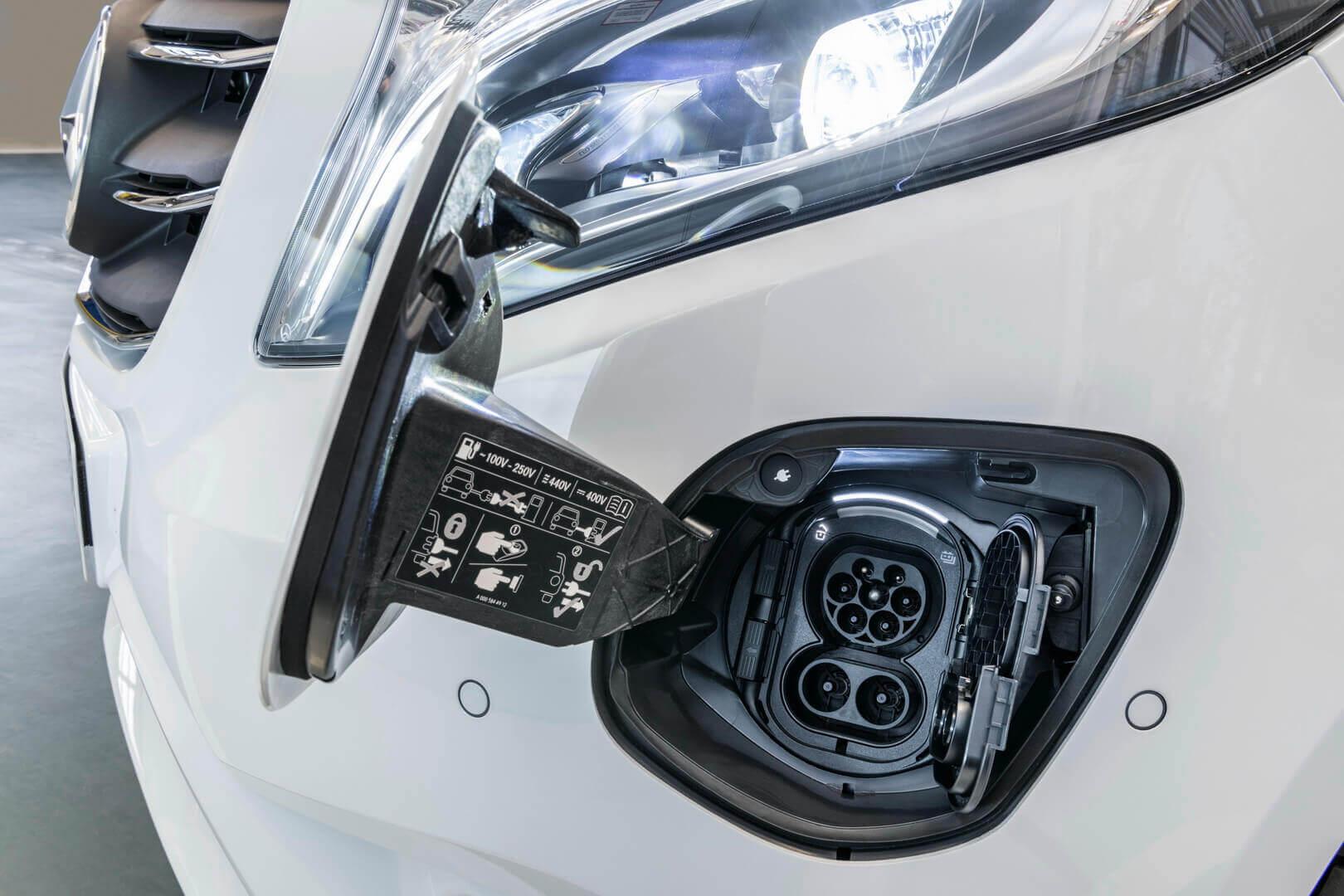 Зарядный порт Mercedes-Benz eVito находится в бампере на передней левой стороне