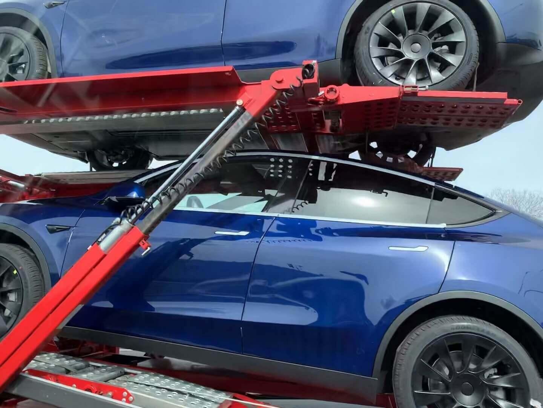 Автовозы развозят Tesla Model Y в центры доставки клиентам