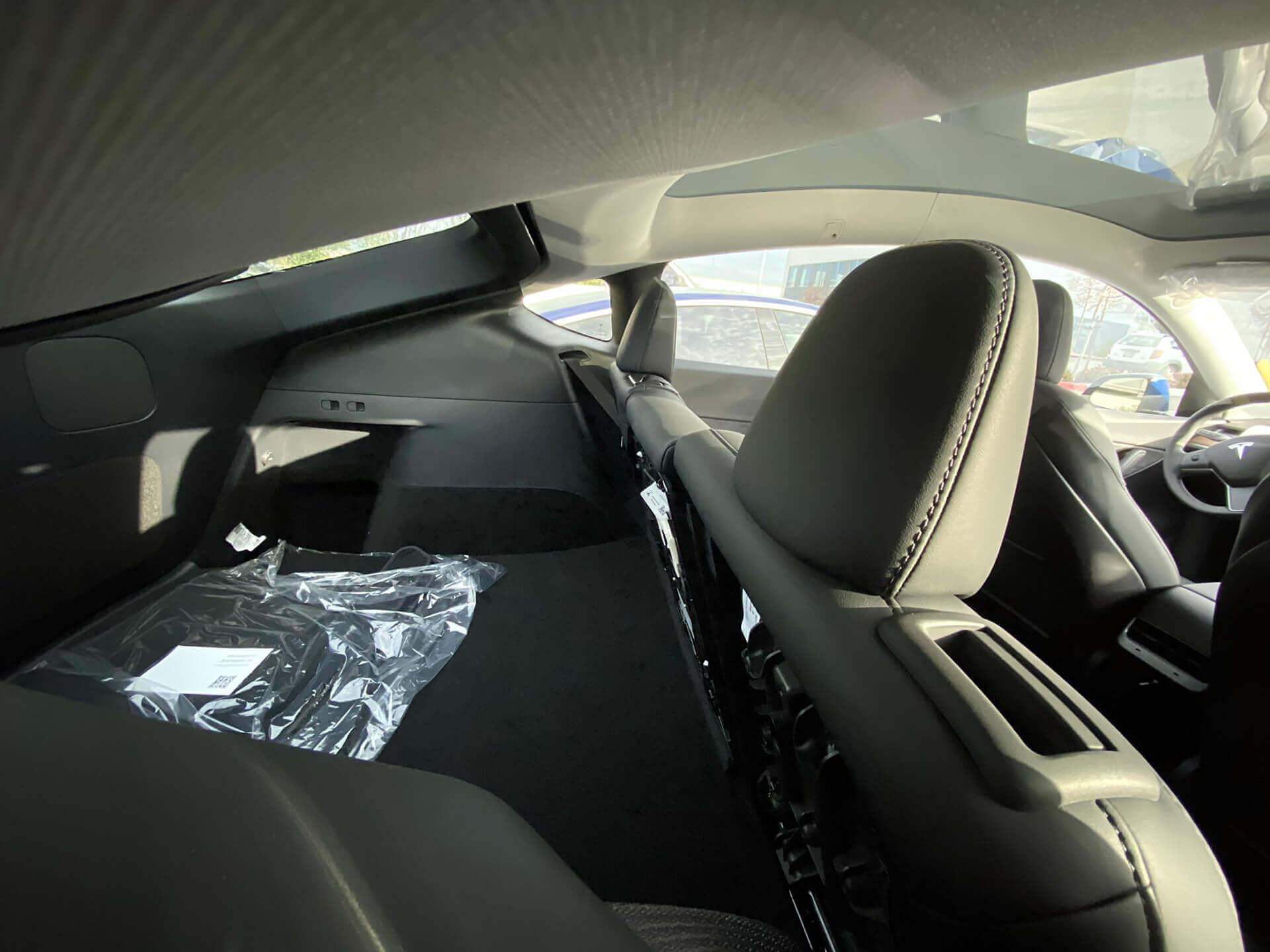 Складывающийся третий ряд сидений серийной модели Tesla Model Y