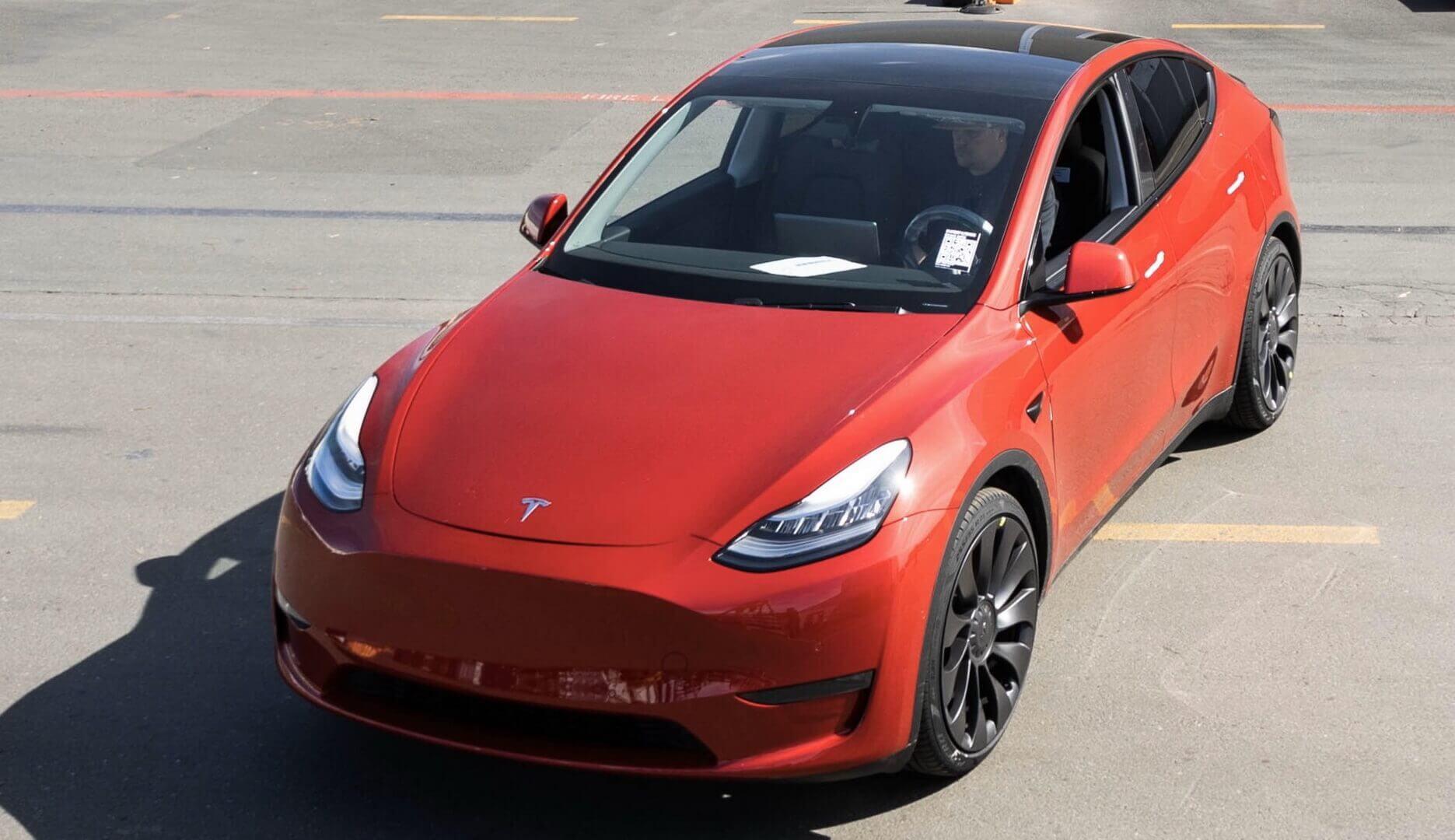 Юбилейным кроссовер Tesla Model Y красного цвет